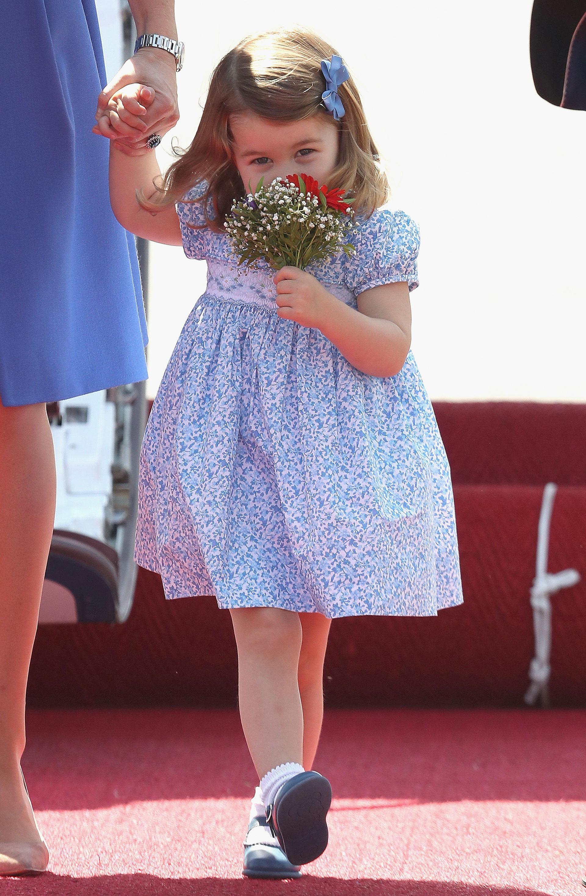 La princesa Charlotte con pieza tradicional en este ocasión en estampa floreada con detalles en punto smock y su lazo a tono en la cabeza (Getty)
