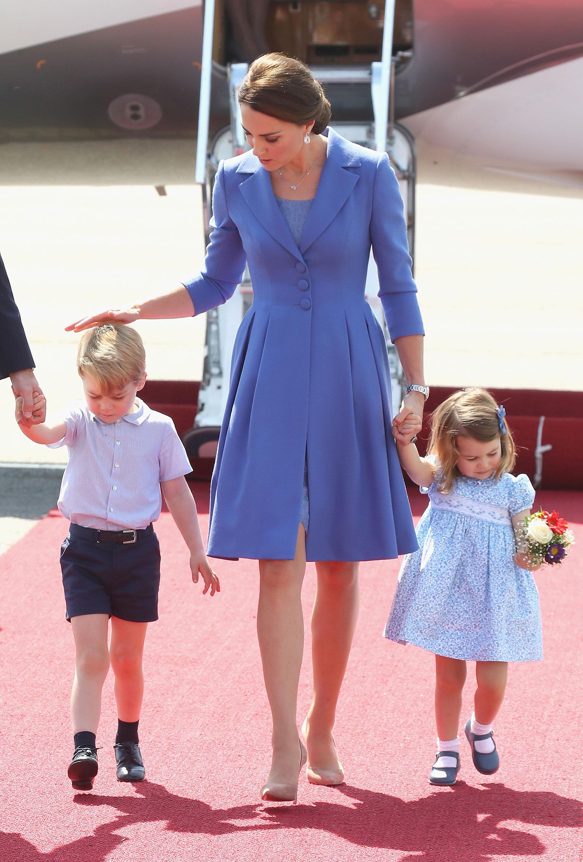 En su gira por Polonia y Alemania, la familia real se vistió de azul, tonalidad que representa el país germano. Cada uno con su estilo, pero todos combinados. La duquesa acaparó las miradas con sus saco de mangas tres cuartos de Catherine Walker & Co.