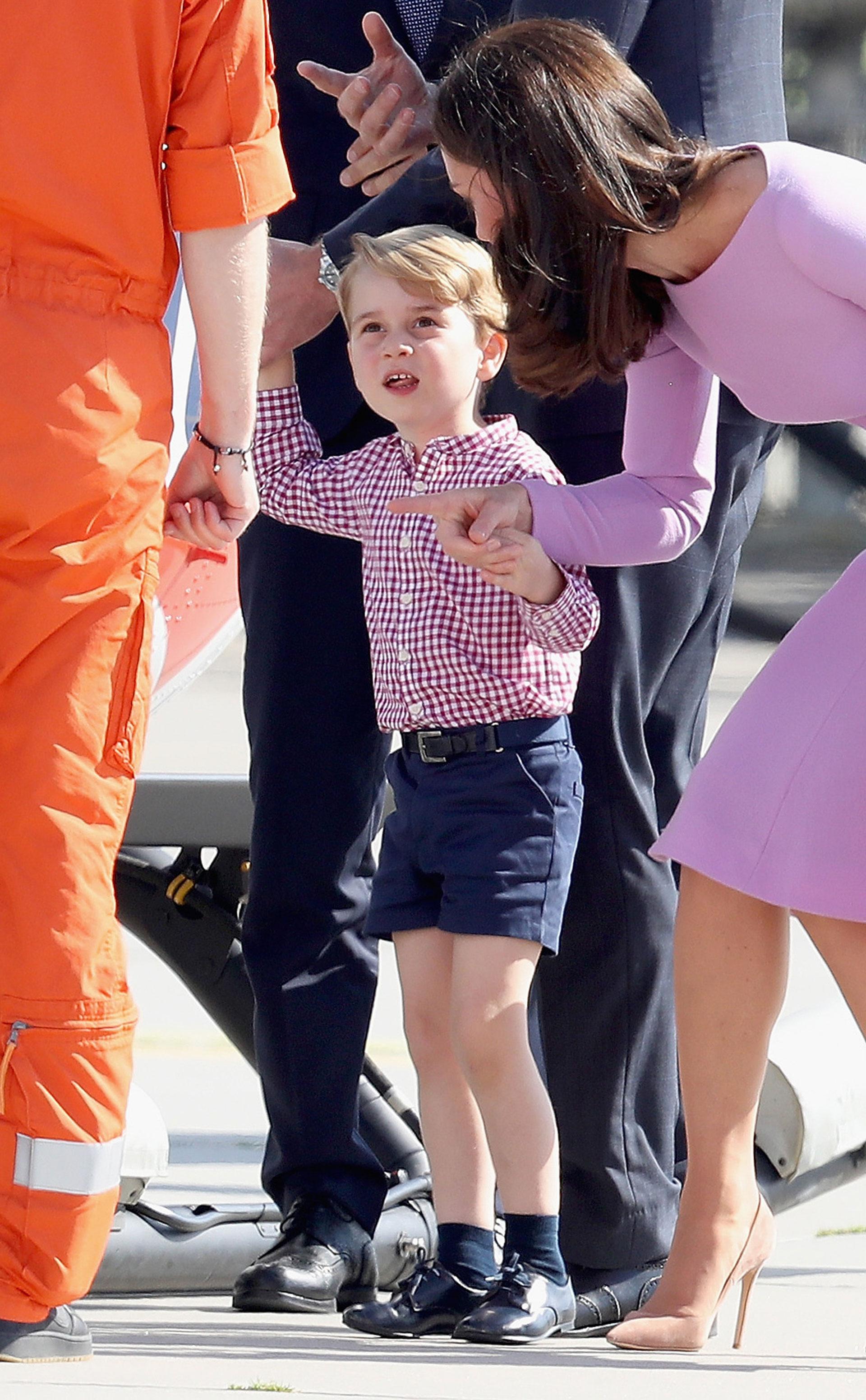 El príncipe George combinado con su hermana en cuanto a las estampa. (Getty)
