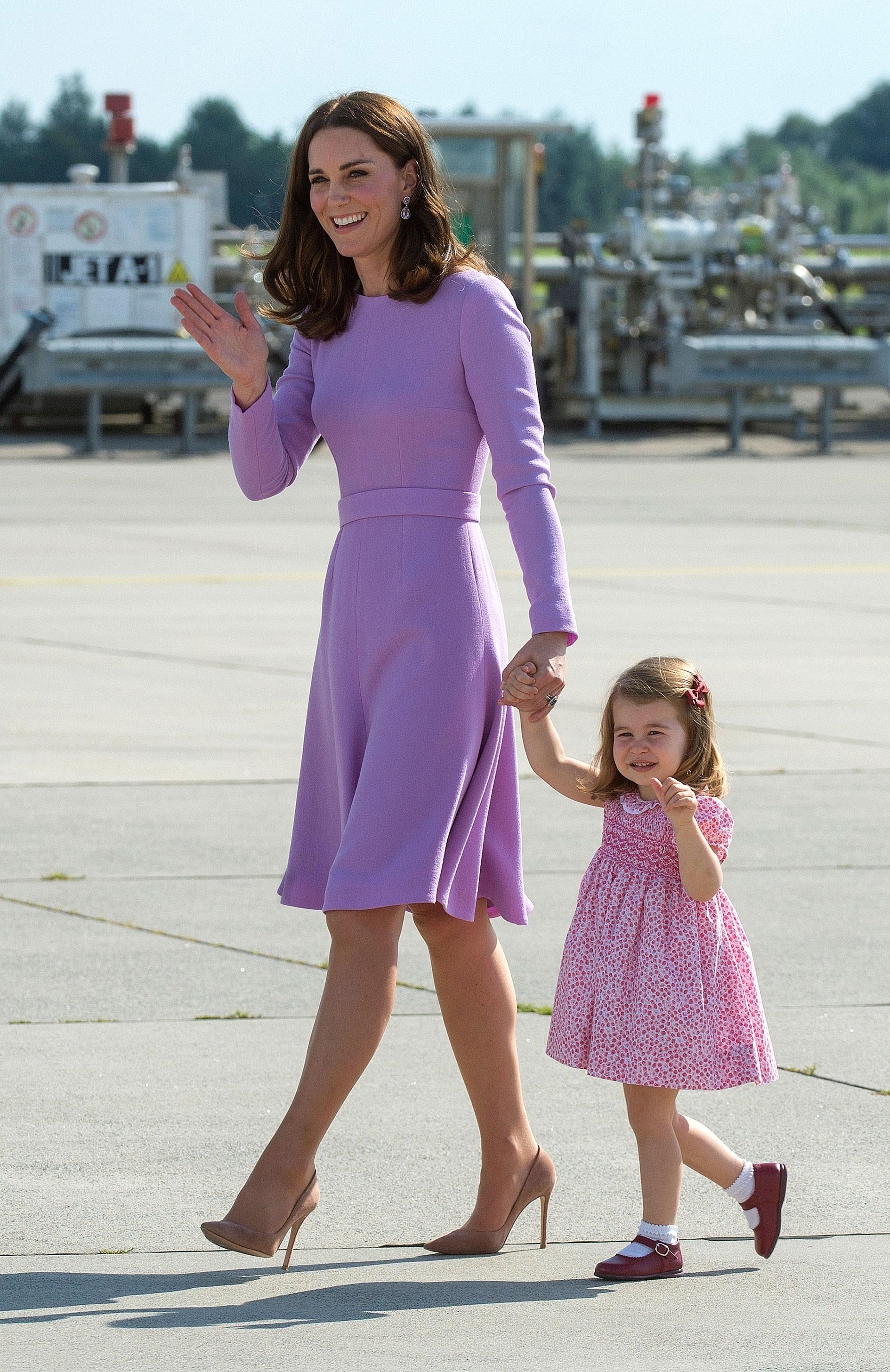 Kate Middleton optó por una pieza de autor de Emilia Wickstead de mangas largas y falda evasé. Su hija con un vestido clásico de estilo inglés con estampa en la misma paleta que su mamá. (Getty)