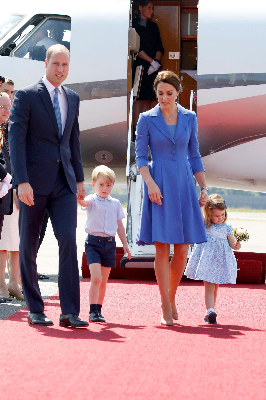 El príncipe lució un traje azul y corbata combinando el saco de su esposa (Getty)