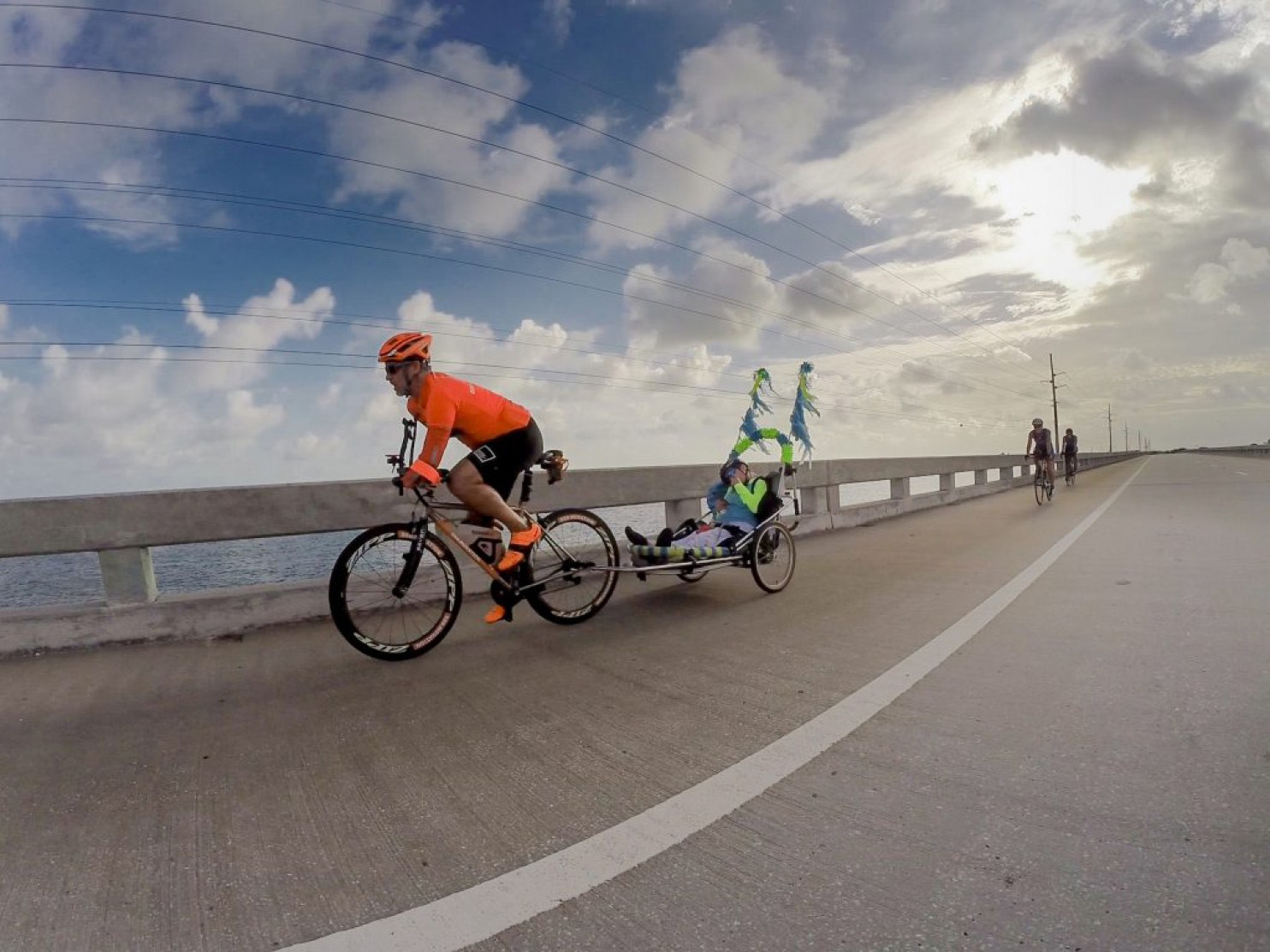 Hector Picard y Kelly Gruson pasan por uno de los puentes de camino a Key West. (Julio Mendez/The Washington Post).