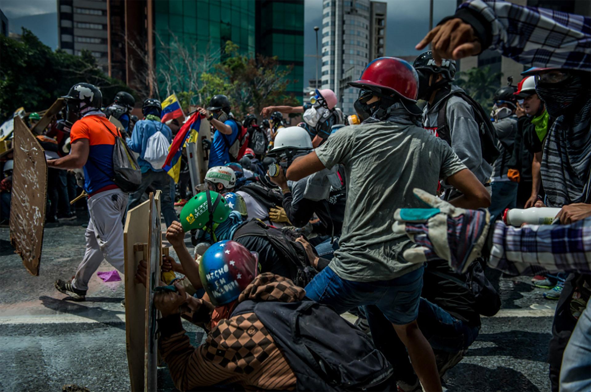 La población civil responde con piedras a la represión del régimen militar (Meridith Kohut for The New York Times)
