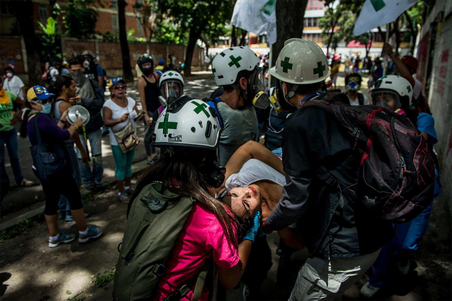 Voluntarios asisten a los heridos por la represión (Meridith Kohut for The New York Times)
