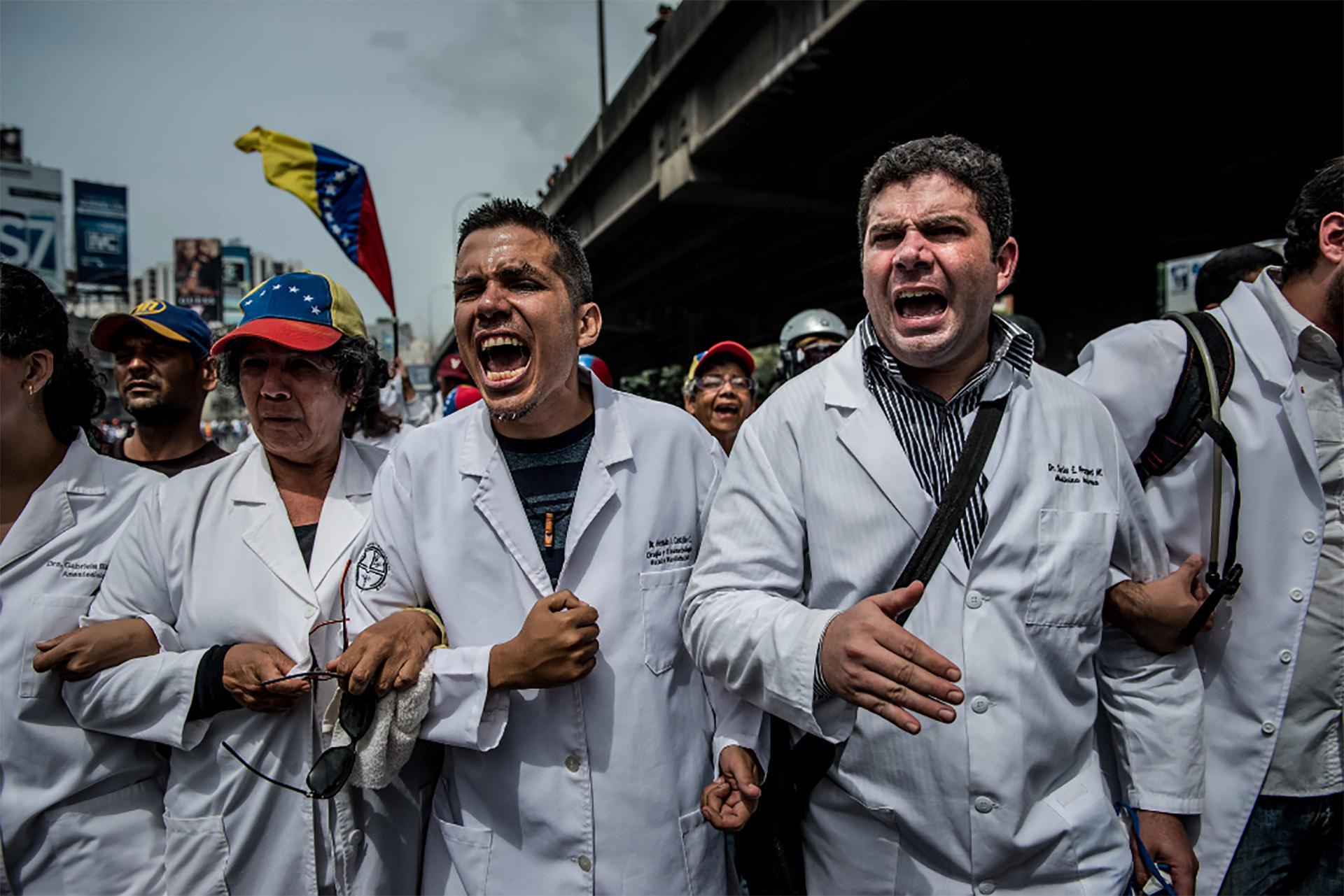Miles de médicos marcharon en mayo en repudio a la escasez de medicamentos (Meridith Kohut for The New York Times)