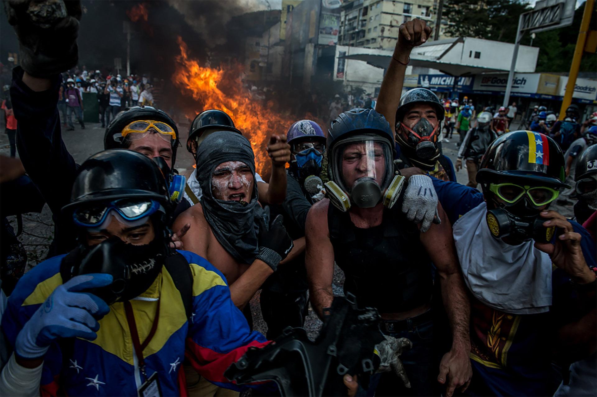 Algunos manifestantes utilizan antiparras para protegerse de los gases lacrimógenos(Meridith Kohut for The New York Times)