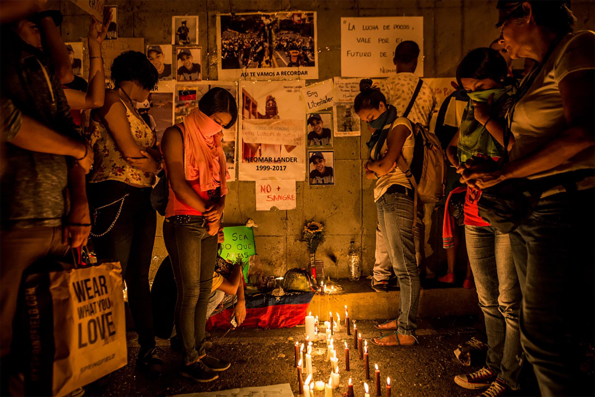Oración dedicada a Neomar Lander, un estudiante de 17 años asesinado por la Guardia Nacional el 7 de junio (Meridith Kohut for The New York Times)
