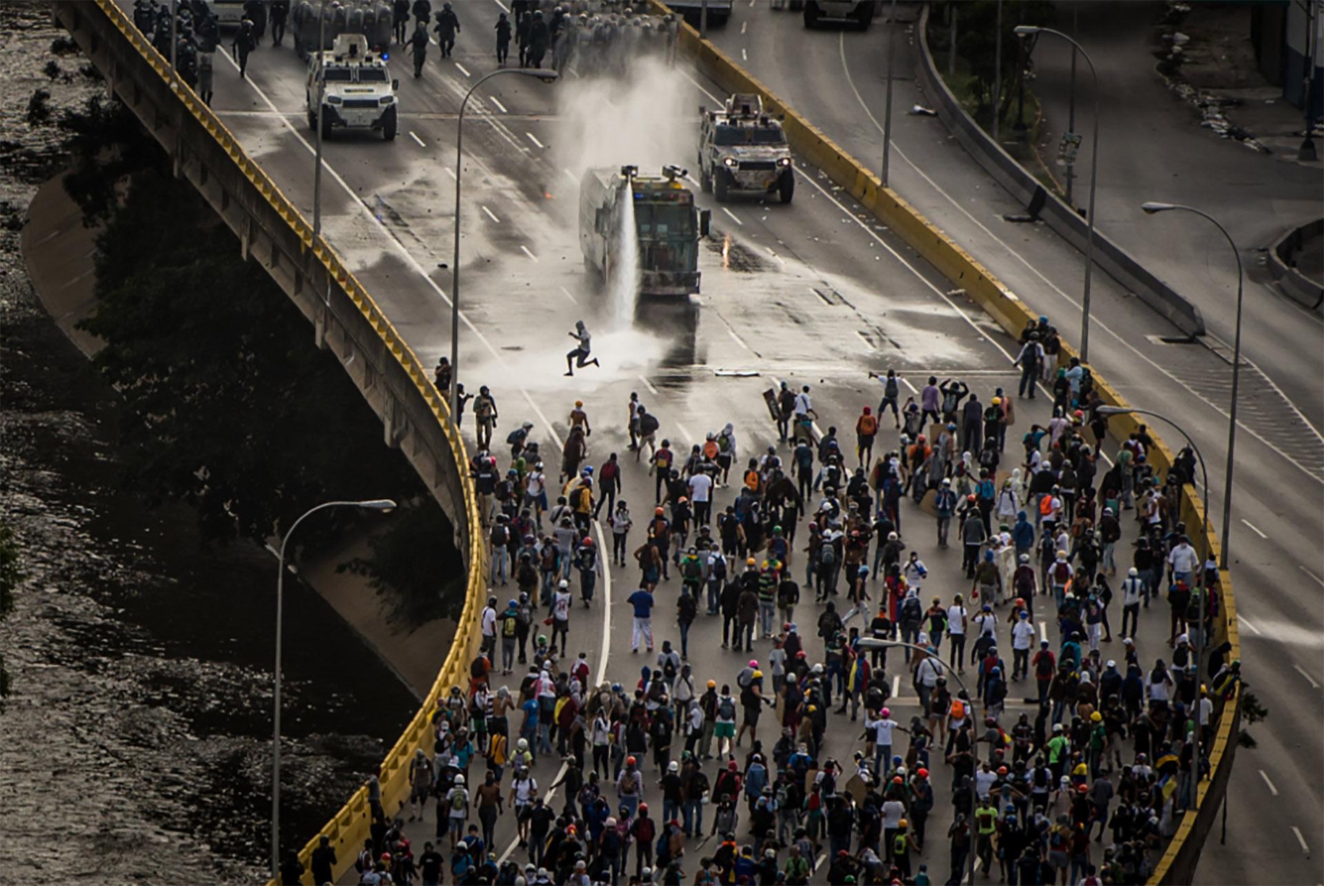 Represión en la autopista Francisco Fajardo (Meridith Kohut for The New York Times)