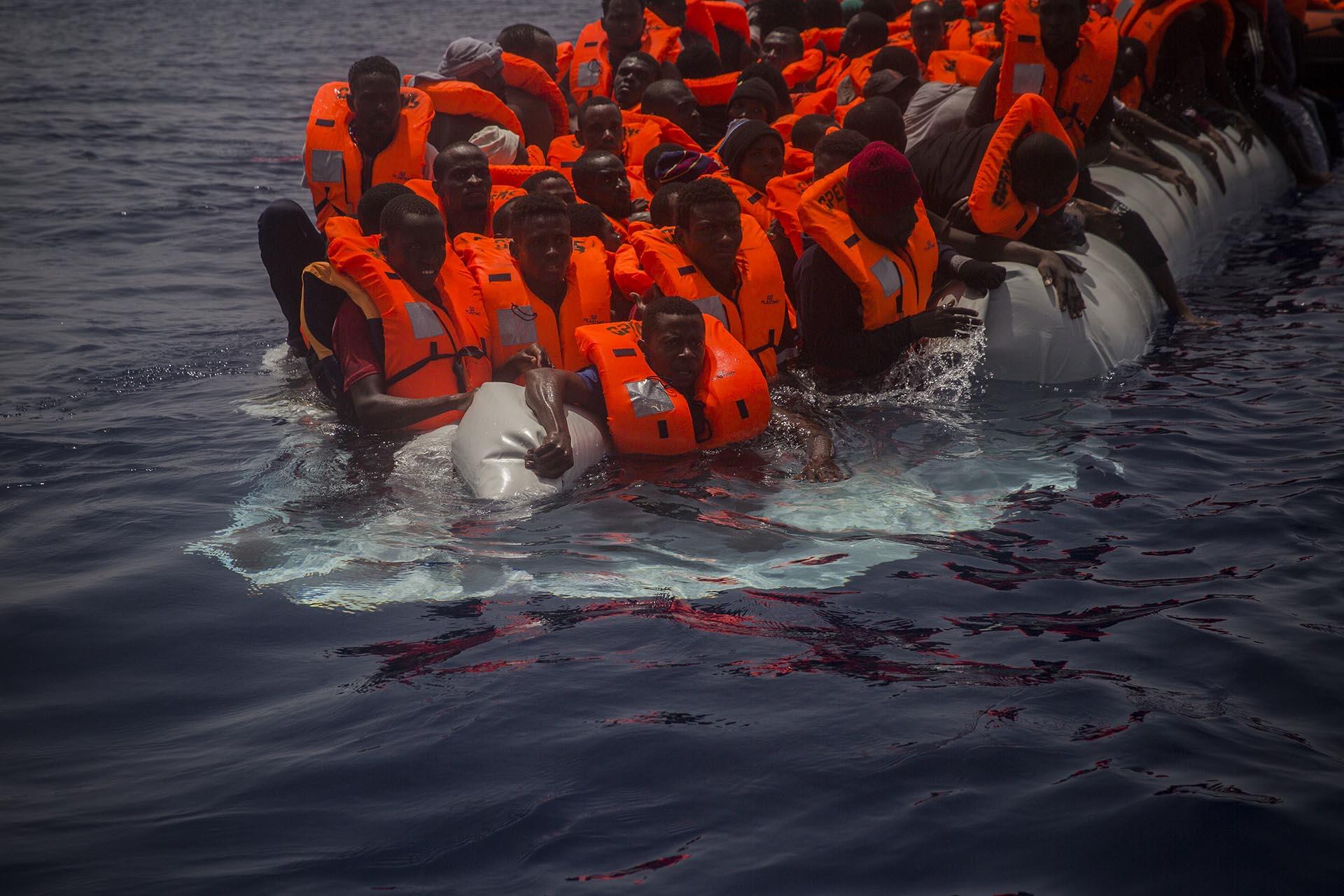 Proactiva Open Arms rescató a cientos de migrantes el pasado martes. Entre ellos había niños y mujeres muertos (AP/Santi Palacios)