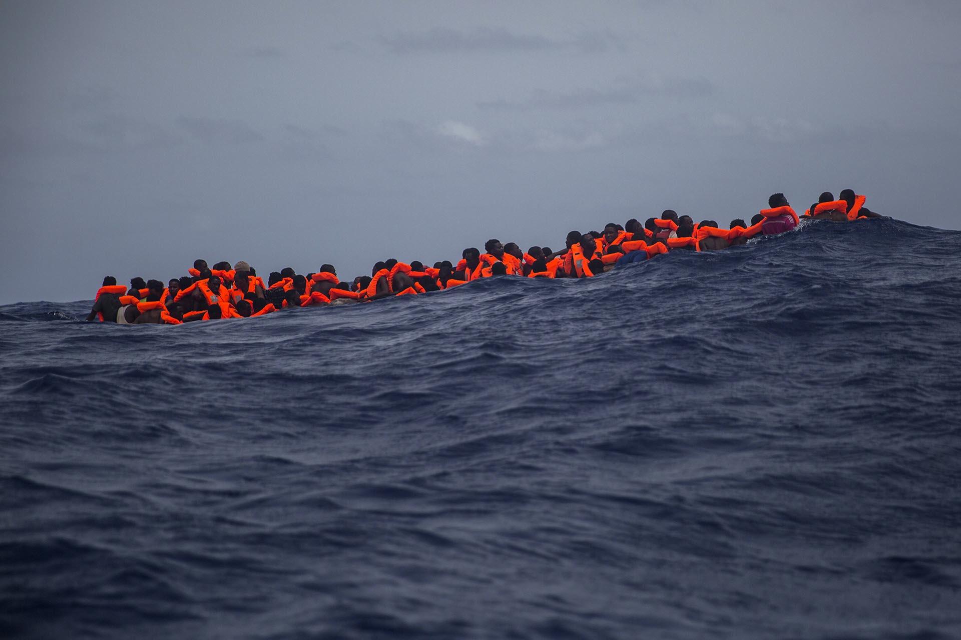 La ONGProactiva Open Arms en el Mar Mediterráneo a unas pocas millas de Libia. (AP/Santi Palacios)