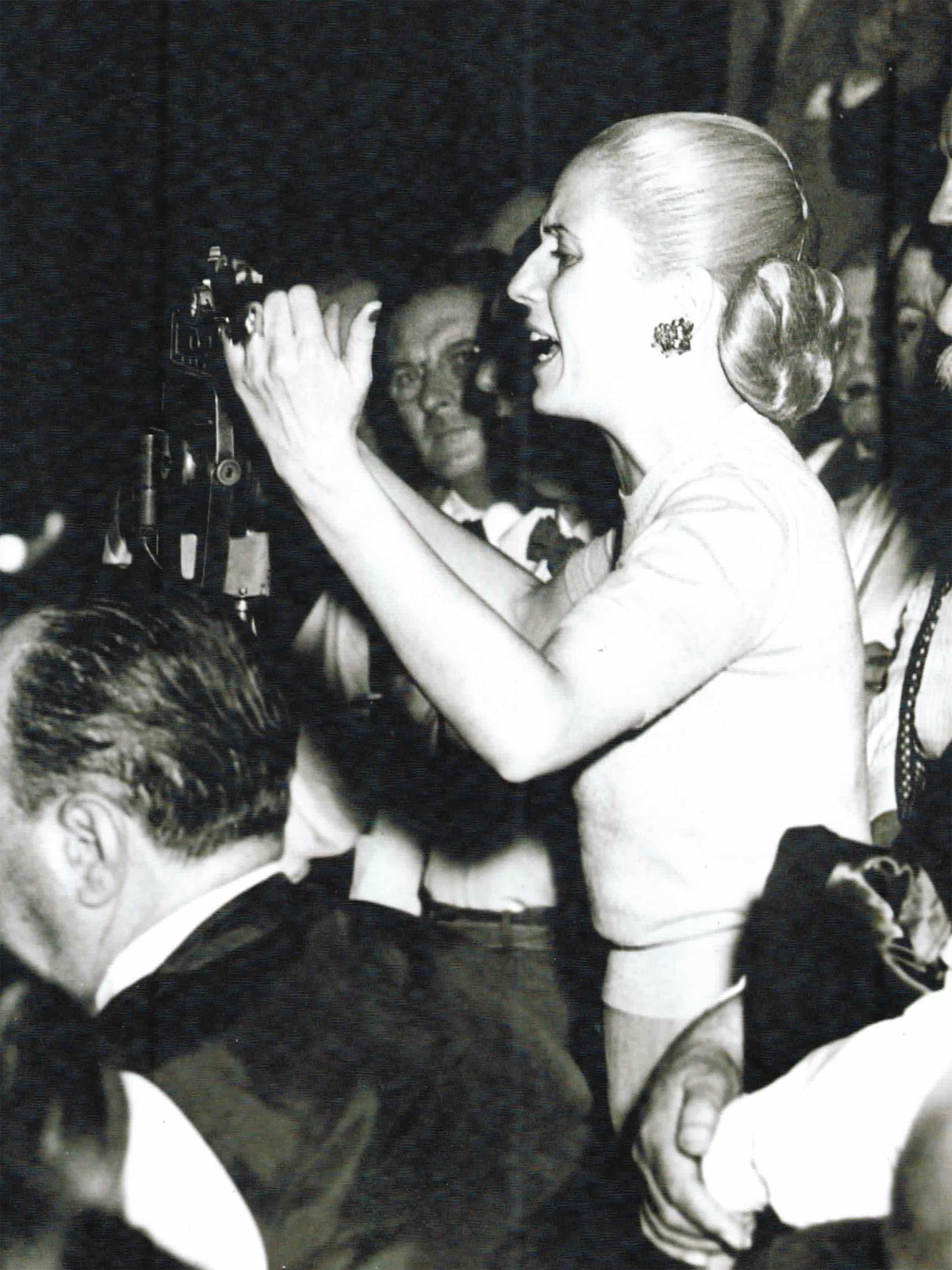 Esta emblemática foto de Evita dando un discurso también es de Fusco