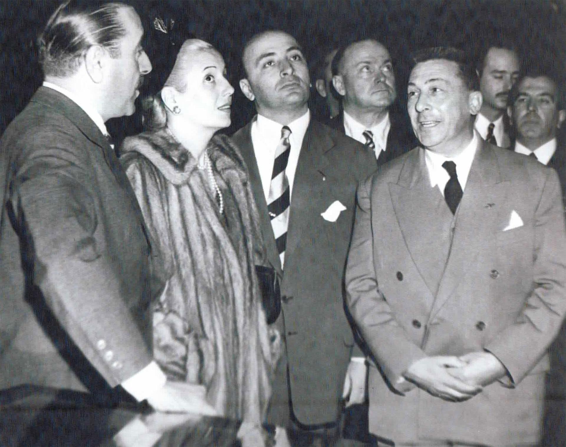 Eva junto a un grupo de colaboradores. A su izquierda, Héctor Càmpora