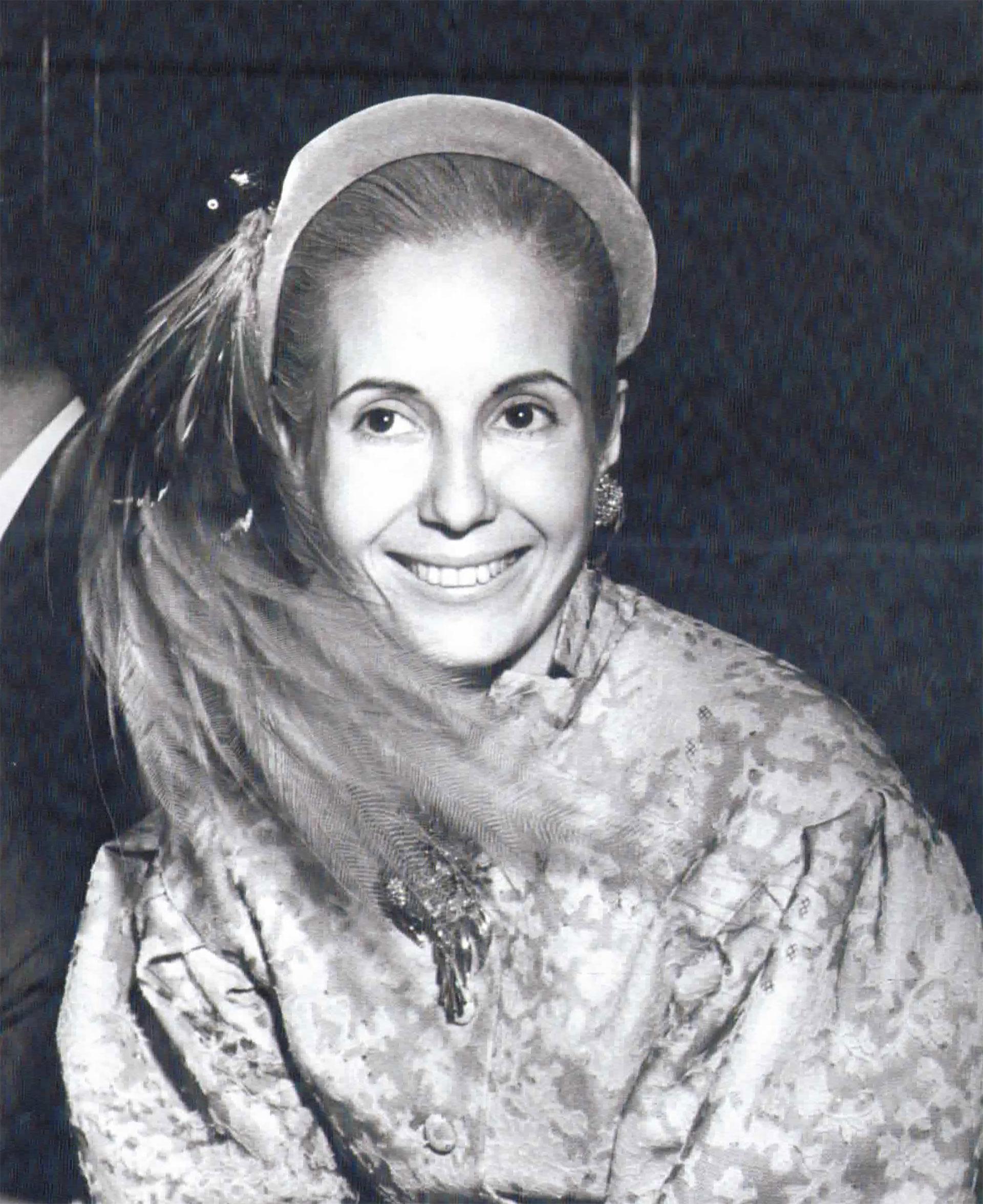 Una Evita demacrada y ojerosa que igualmente sonríe a cámara…