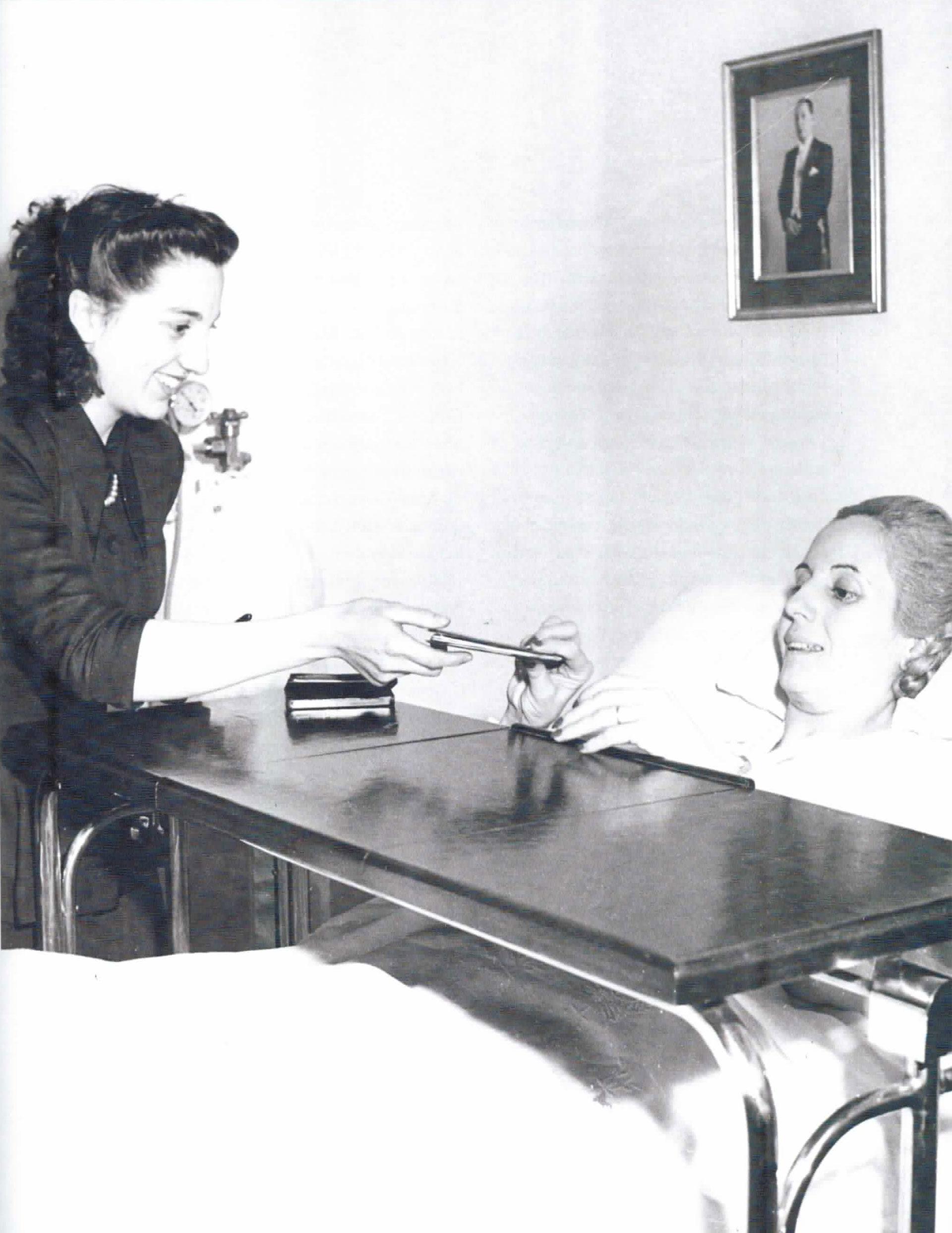 El 11 de noviembre de 1951, como las demás mujeres argentinas, Evita vota por primera vez. Pero ella debió hacerlo desde la cama del Hospital de Avellaneda donde estaba internada. Raúl Apold, subsecretario de Prensa y Difusión, le ordena a Fusco inmortalizar ese momento.