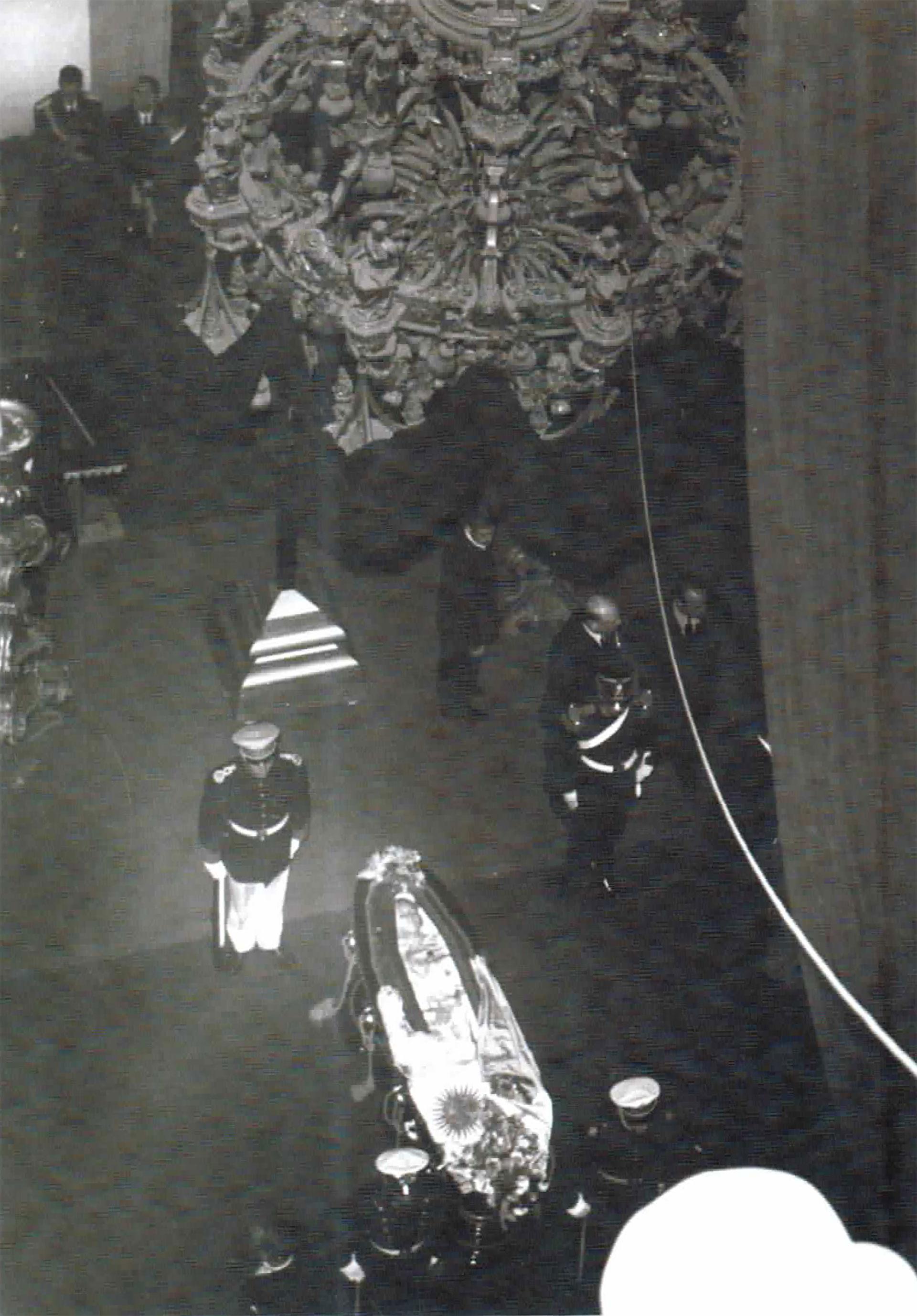 Julio de 1952. Fusco fotografía desde arriba el féretro de Evita. Se ve su rostro detrás del vidrio
