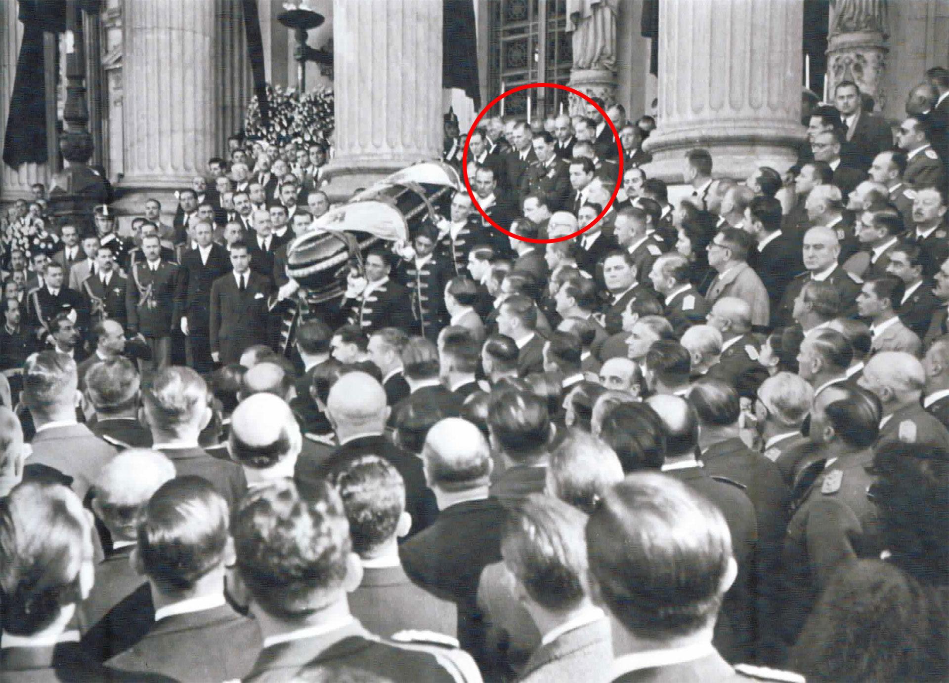 El féretro de Evita es sacado del Congreso. Perón está de pie en la escalinata.