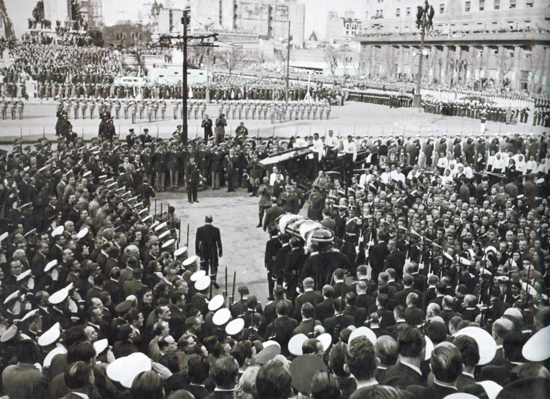 El cortejo fúnebre de Evita en la Plaza de los dos Congresos