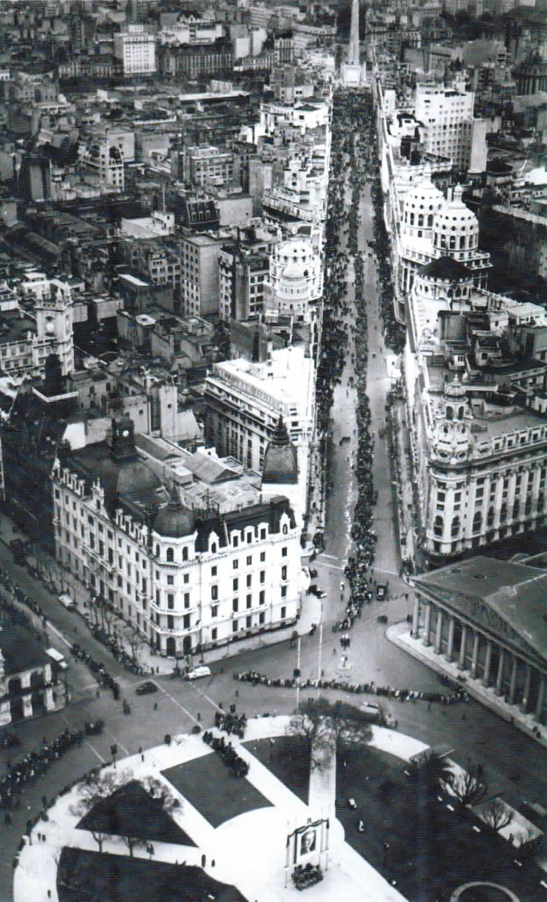 Foto aérea del funeral de Evita. La gente hace cola para despedirla