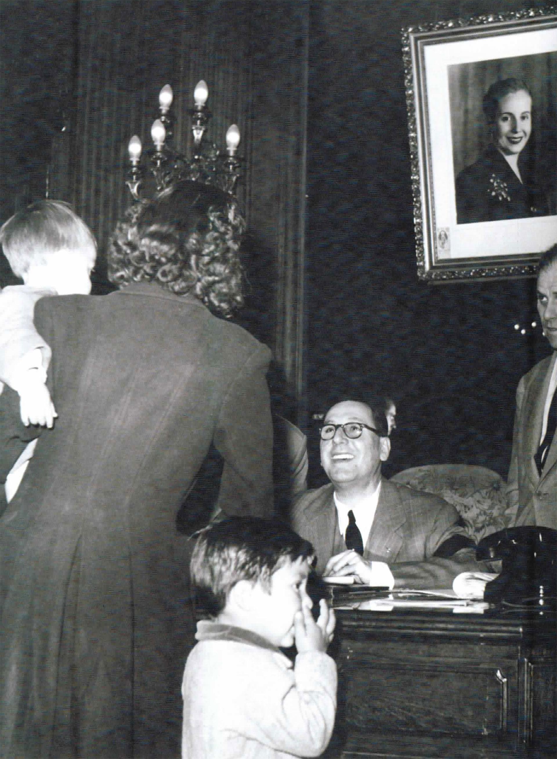 Perón atendiendo en el despacho de Evita, en los días posteriores a su muerte