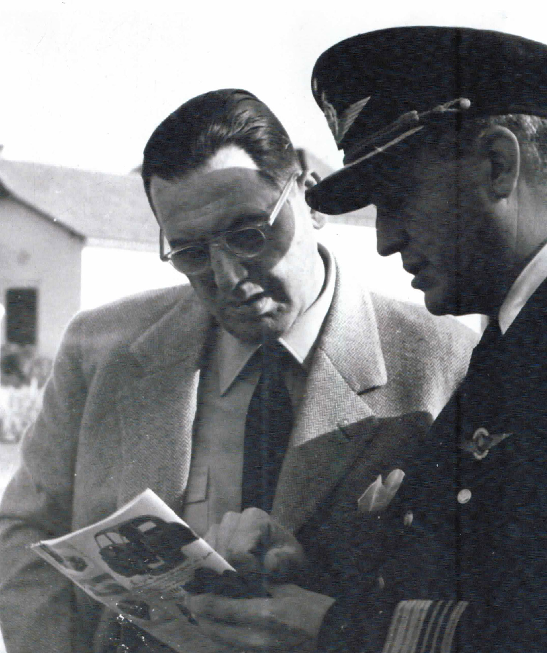 Otras son testimonio de momentos menos protocolares de esa misma gestión, como ésta, en la que mira una revista y conversa con un brigadier de la Fuerza Aérea