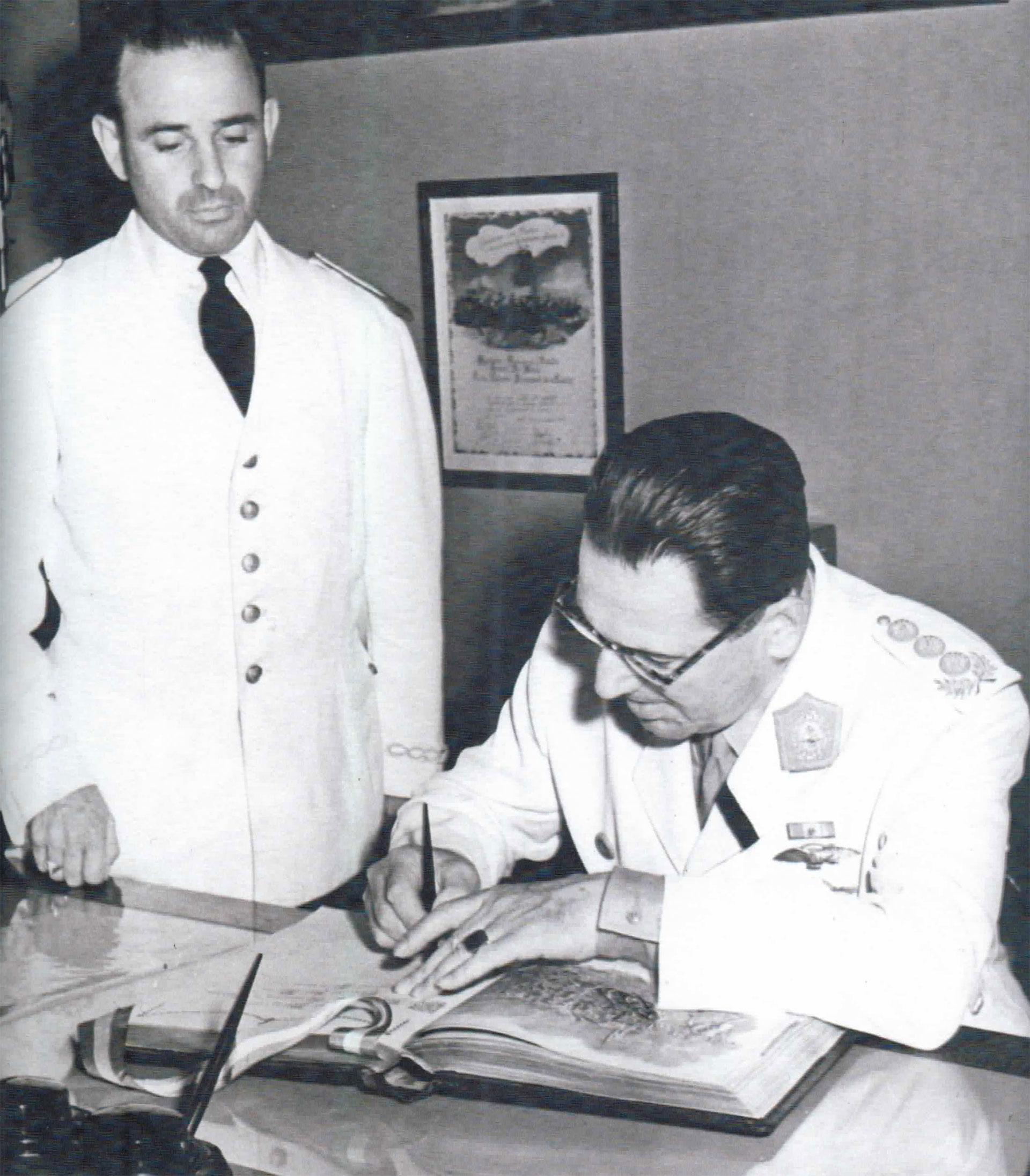 Algunas registran escenas cotidianas de la gestión presidencial de Juan Domingo Perón. En esta se lo ve firmando documentos que le acerca un colaborador. En su mano izquierda, el anillo de piedra negra. En su solapa, una banda negra en señal de luto por su esposa, fallecida el 26 de julio de 1952