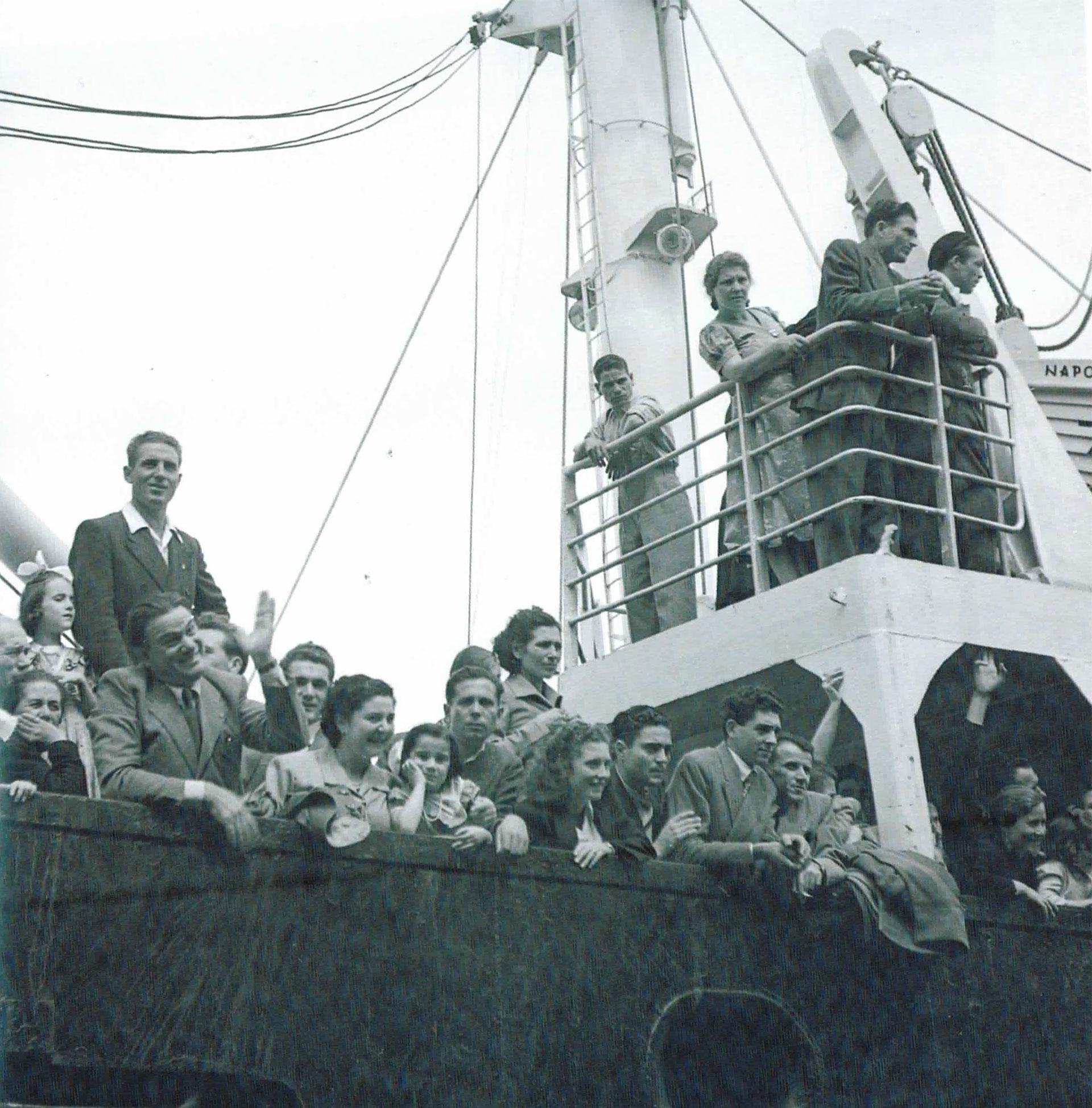 La obra de Fusco también incluye momentos de la vida cotidiana de la Argentina de entonces. Aquí, la llegada de un barco con inmigrantes al puerto de Buenos Aires