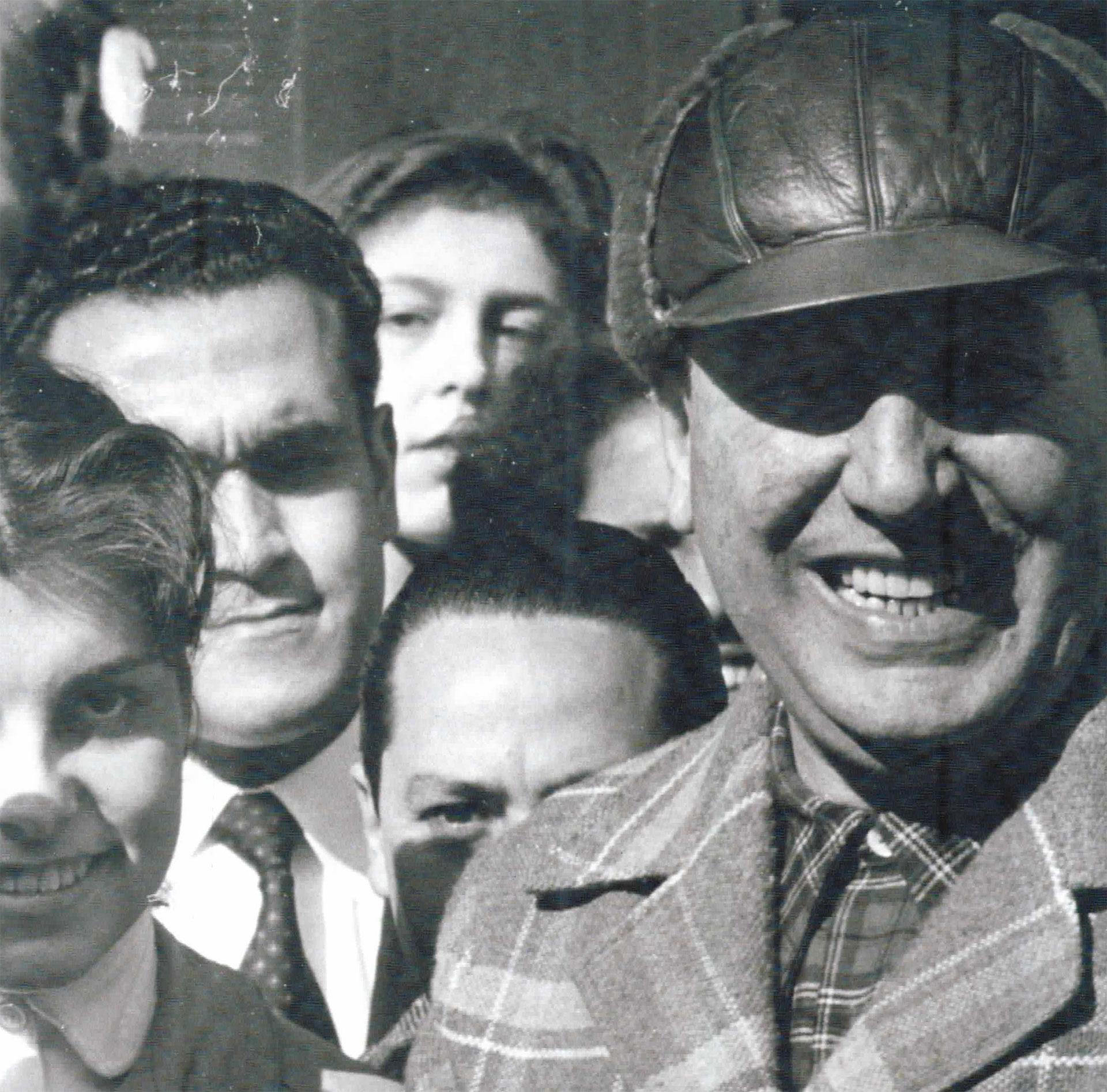 La clásica sonrisa de Perón, bajo una gorra de piloto
