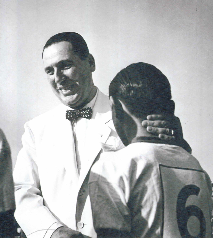 Perón, saludando a un deportista