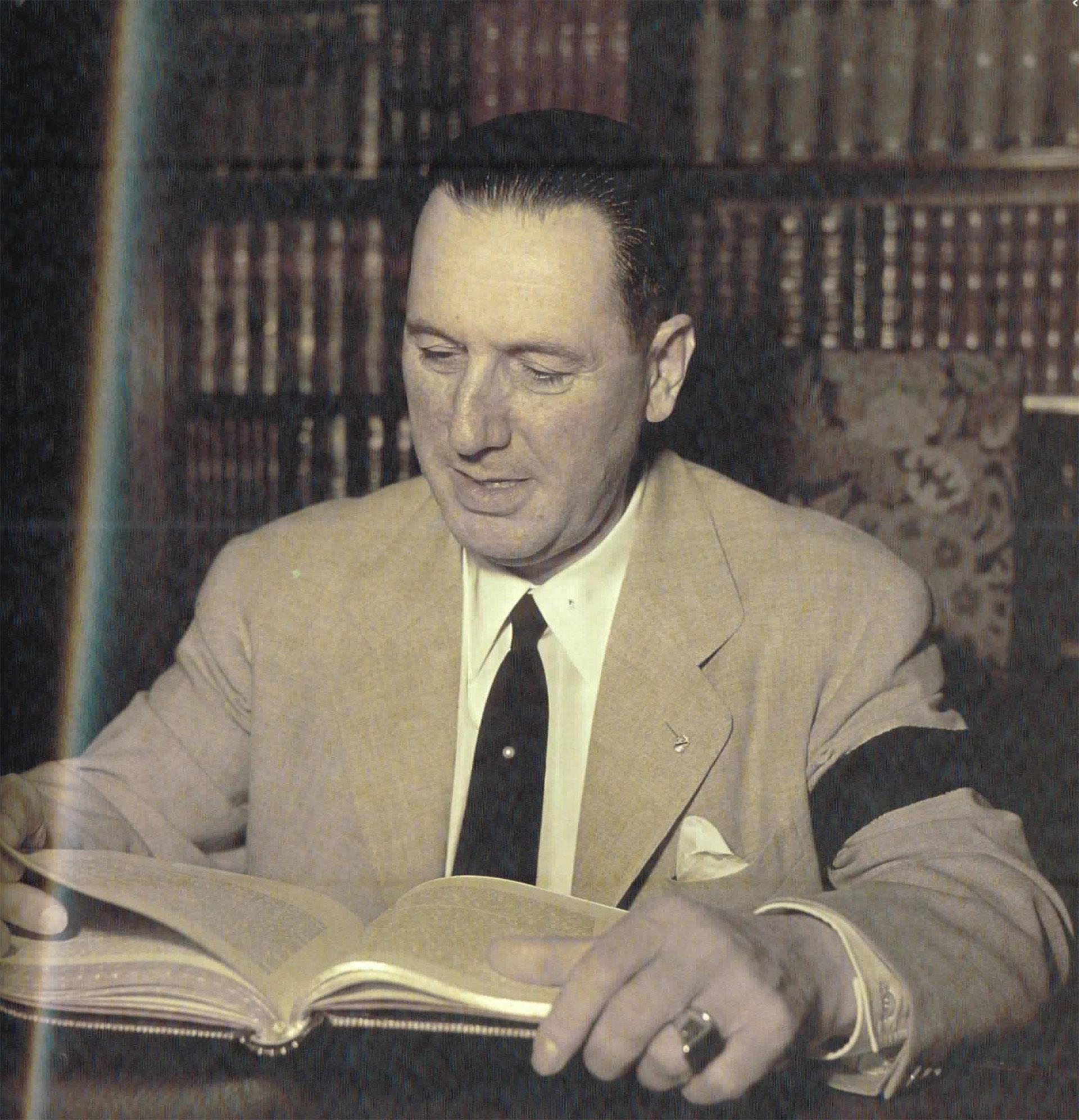 Otra imagen de Perón durante su duelo. Lleva un brazalete negro en la manga de su saco