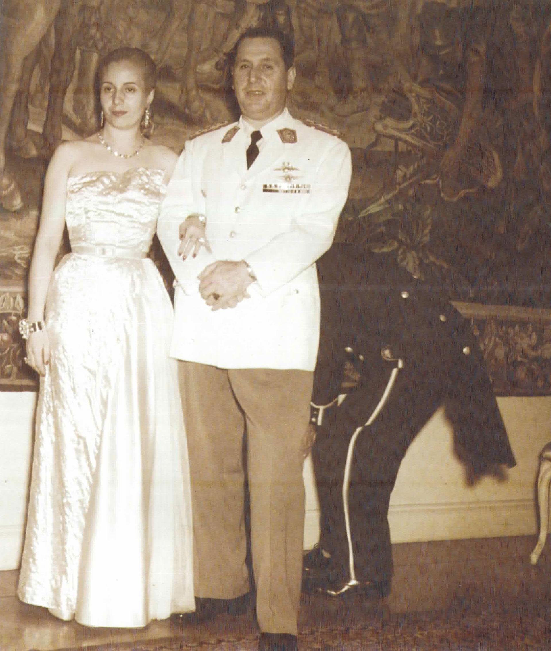 Fusco retrató infinidad de veces a la pareja presidencial. Aquí, listos para asistir a la gala de 1949 en el Colón. El fotógrafo desechó esta toma porque un colaborador de levita aparece agachado detrás de Perón