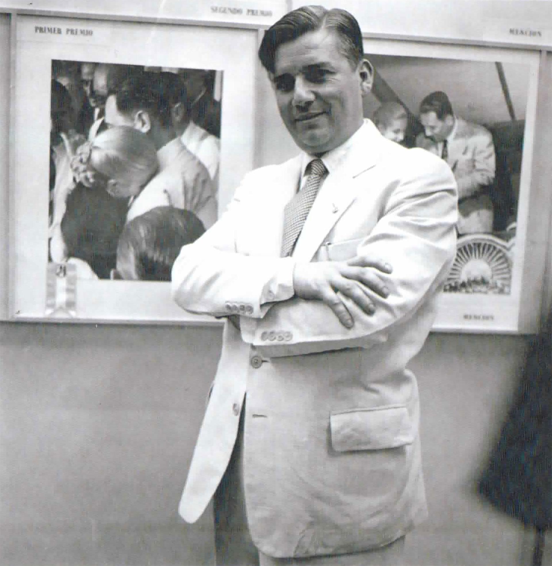Pinélides Fusco posando orgulloso frente a algunas de sus más emblemáticas fotografías