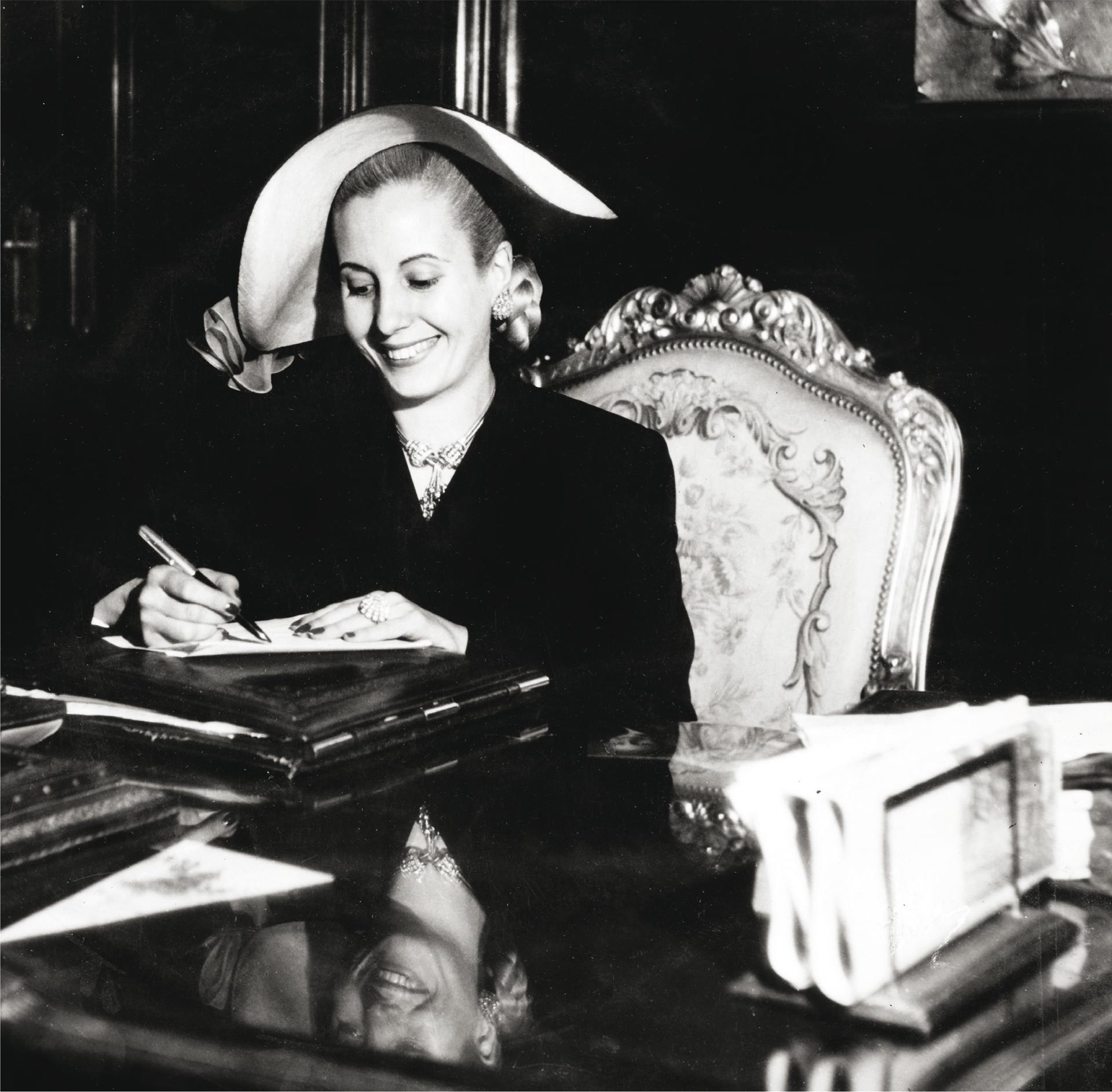 """""""A la doble personalidad de Perón debía corresponder una doble personalidad en mí: una la de Eva Perón, mujer del Presidente, cuyo trabajo es sencillo y agradable, trabajo de los días de fiesta, de recibir honores, de funciones de gala; y otra, la de Evita, mujer del líder de un pueblo que ha depositado en él toda su fe, toda su esperanza y todo su amor"""", escribió en """"La razón de mi vida"""" (Pinélides Aristóbulo Fusco)"""