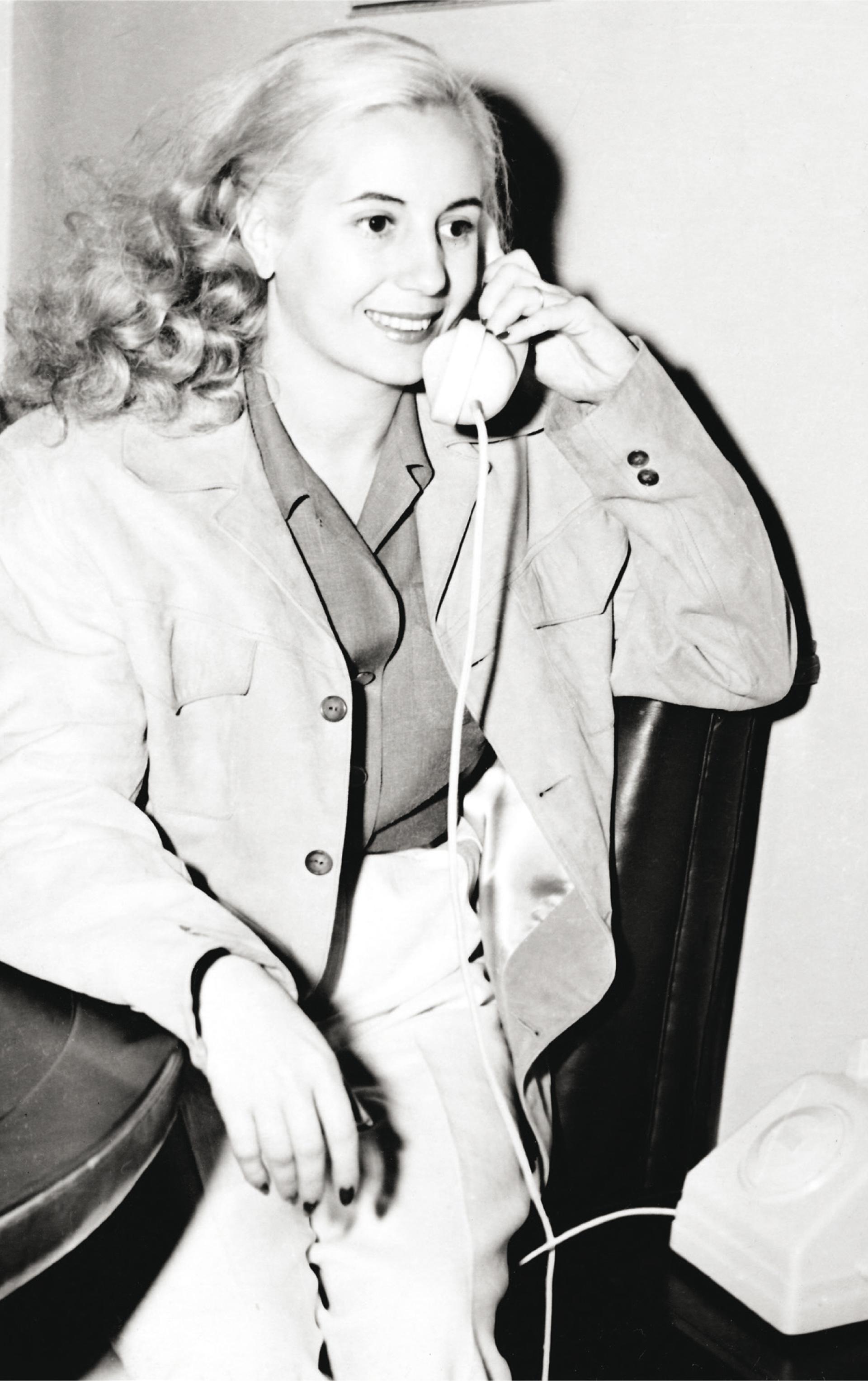 A fines de 1948, Fusco pasó una tarde en la quinta de San Vicente con Perón y Evita. Algunas de esas fotos son bastante conocidas. Evita posa con su perro, en el piano y aquí atendiendo el teléfono.