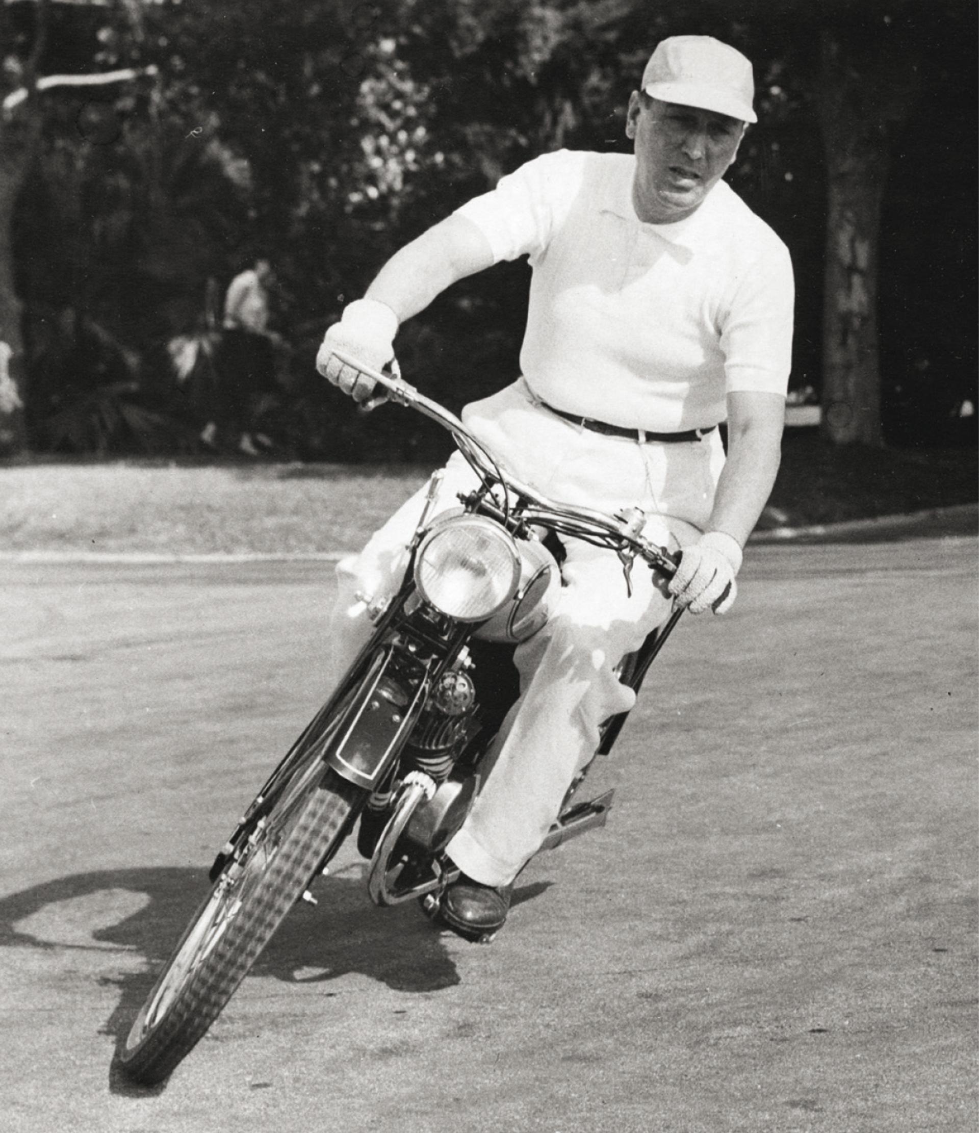 Otra imagen de Perón a bordo de una moto.