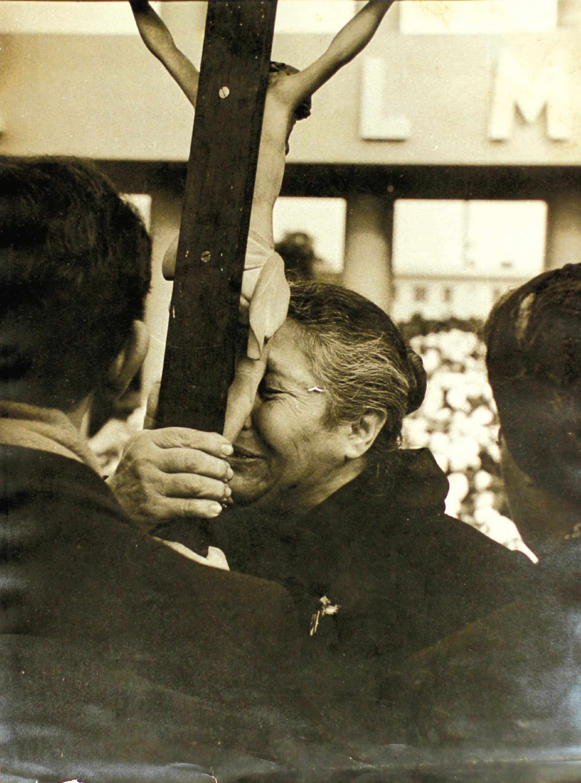 Las fotografías también retratan el dolor en las calles durante el funeral de Evita