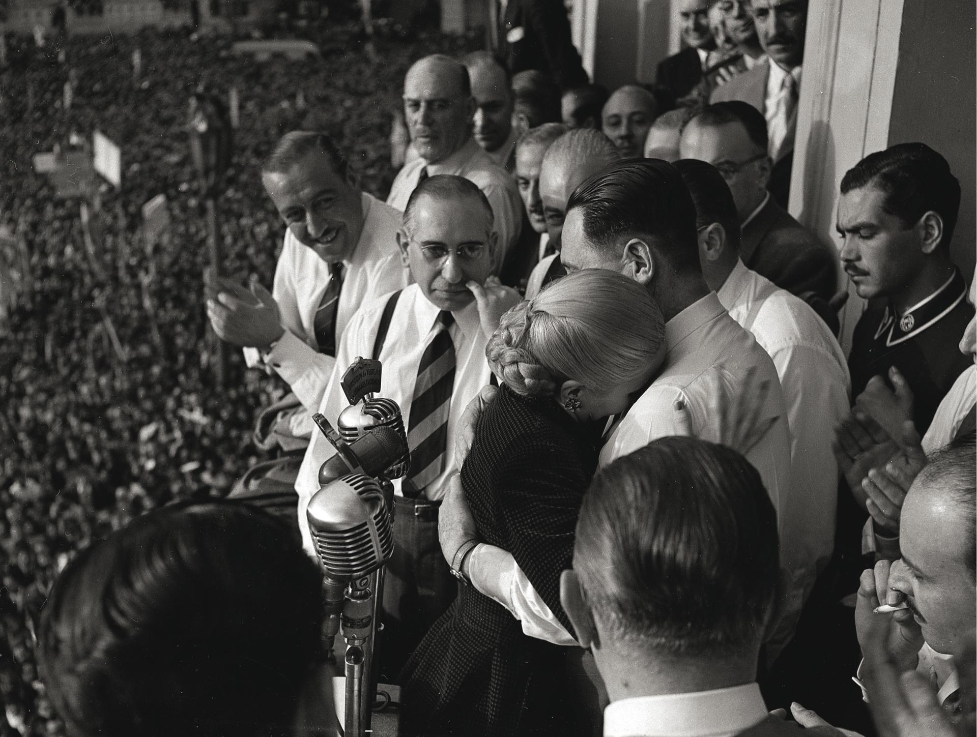 """La biografía """"La razón de mi vida"""" se publica en 1951. Ese mismo año, la CGT la postula como candidata a la vicepresidencia en una fórmula conjunta con el General Perón. No aceptó. En un acto multitudinario, dice una frase célebre: """"Renuncio a los honores pero no a la lucha"""". Las causas son diversas: la reprobación de las fuerzas armadas, su recelo a aceptar cargos oficiales y la evolución de su enfermedad. Por entonces, Evita tenía 32 años (Pinélides Aristóbulo Fusco)"""
