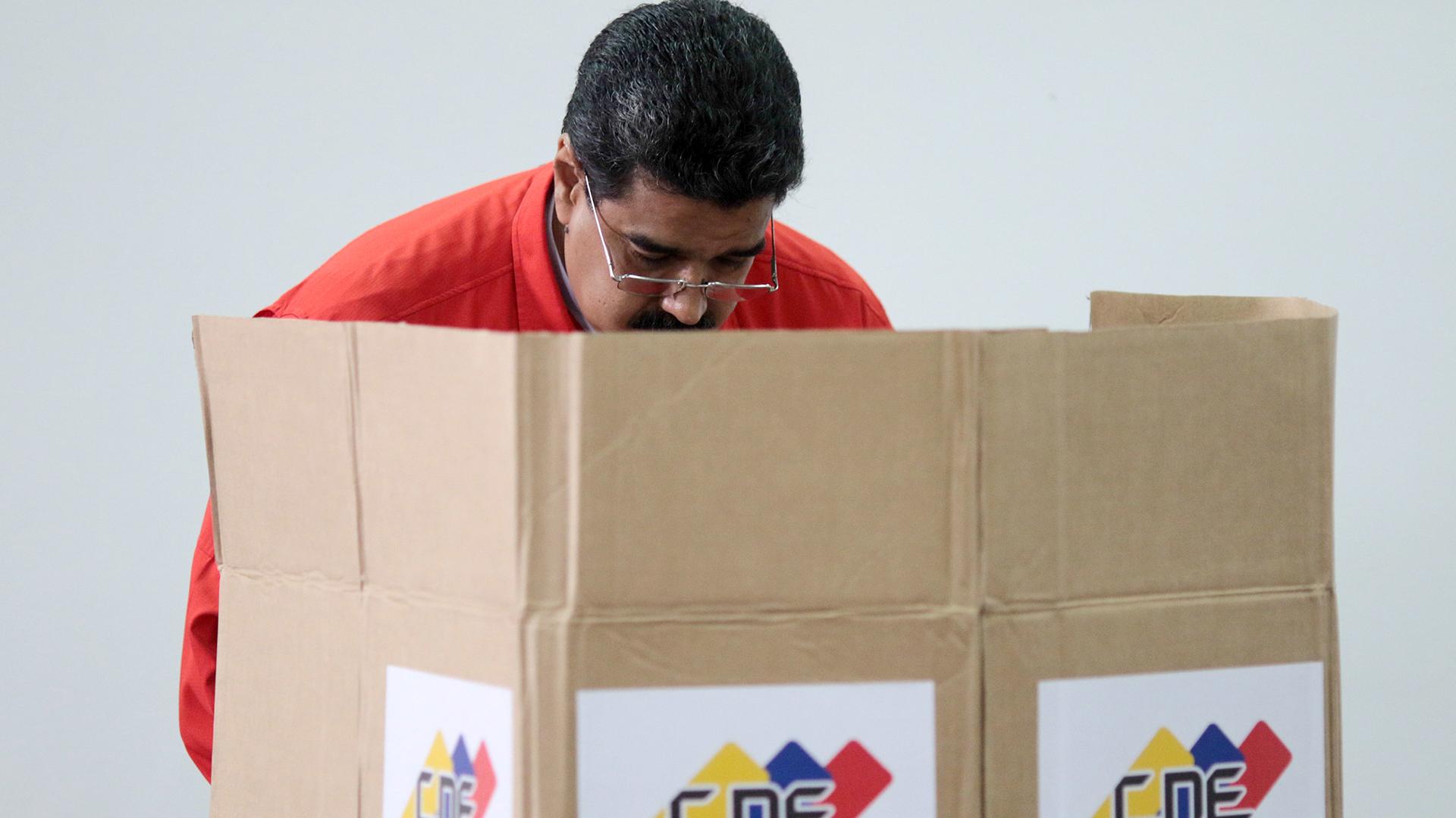 El jefe del régimen, Nicolás Maduro, emite su voto. Dijo que fue una jornada histórica en términos de participación. Se abstuvo el 87 por ciento de la sociedad venezolana (Reuters)