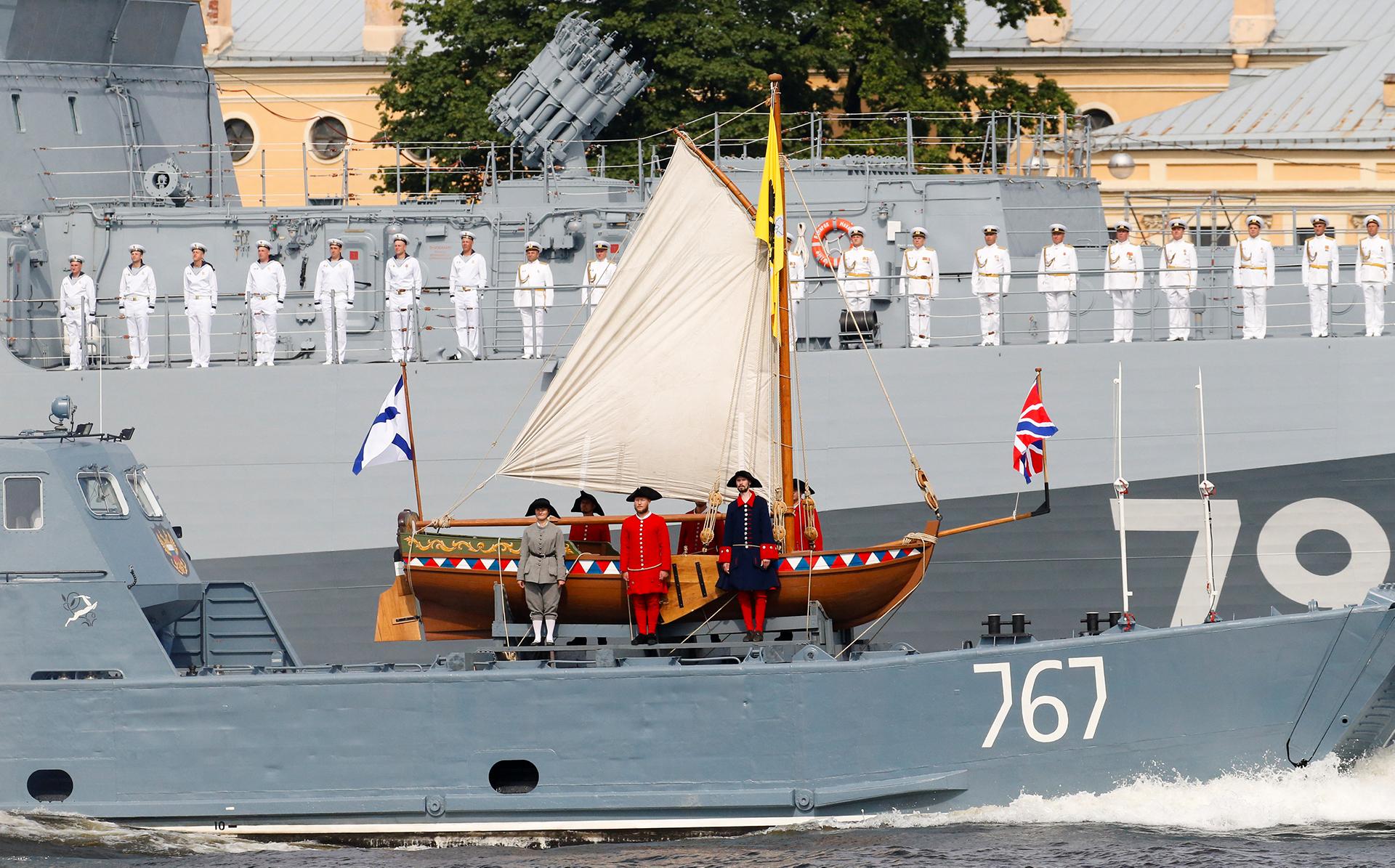 """Soldados rusos sobre una réplica de """"Pedro el Grande"""" durante el desfile por el Día de la Armada (Reuters)"""