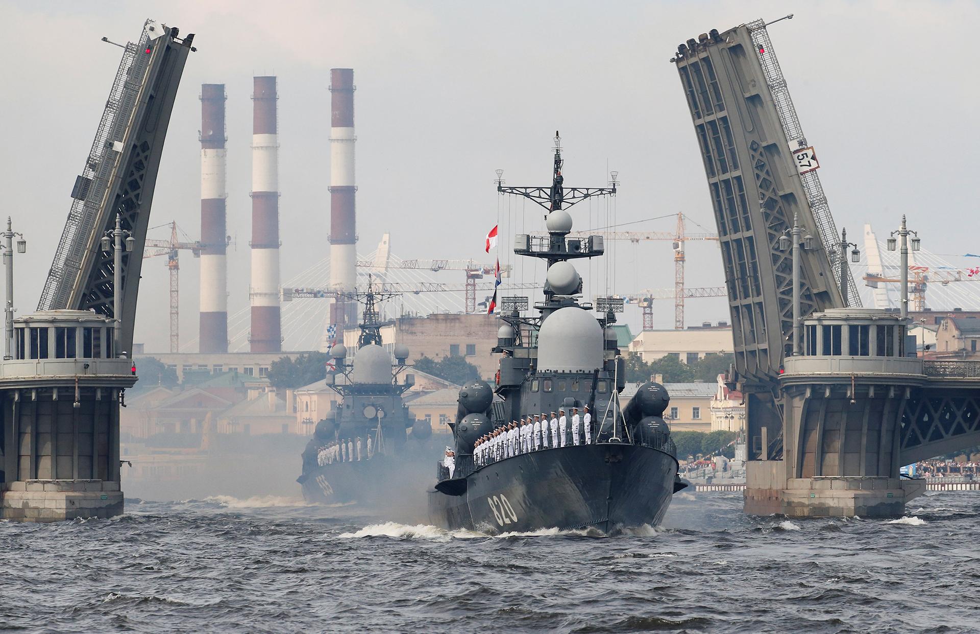 Navíos rusosdurante el desfile de San Petersburgo el 30 de julio de 2017 (Reuters)