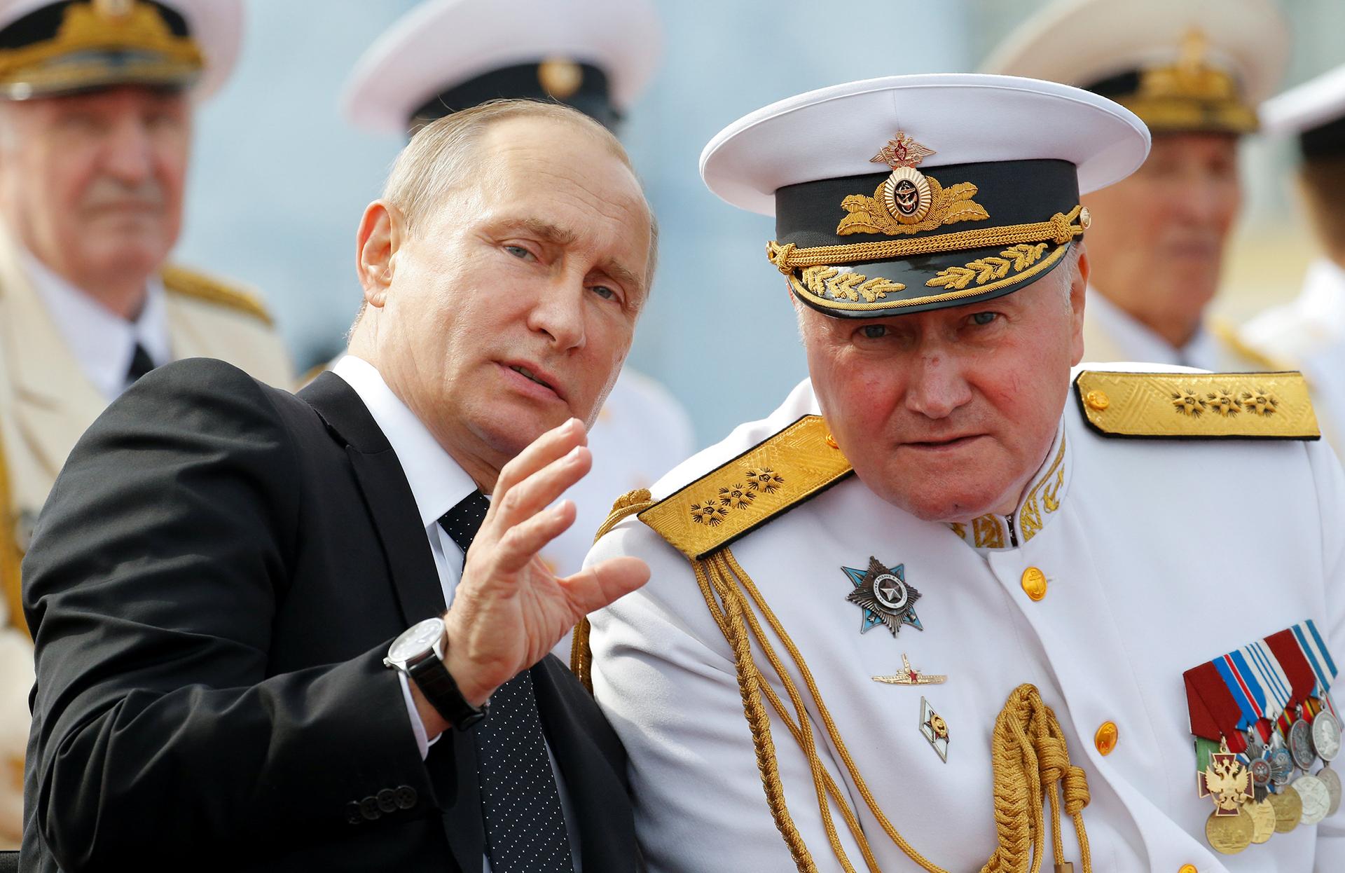 Vladimr Putín hablando con el Jefe de la Armada,el AdmiralVladimir Korolev, durante el desfile naval (Reuters)