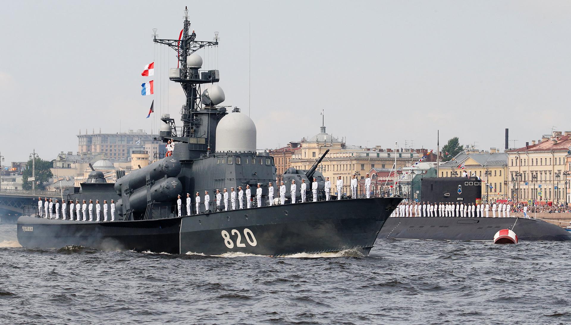 """El barco """"Chuvashia"""" y el submarino """"Dmitrov"""" en el río Neva (Reuters)"""