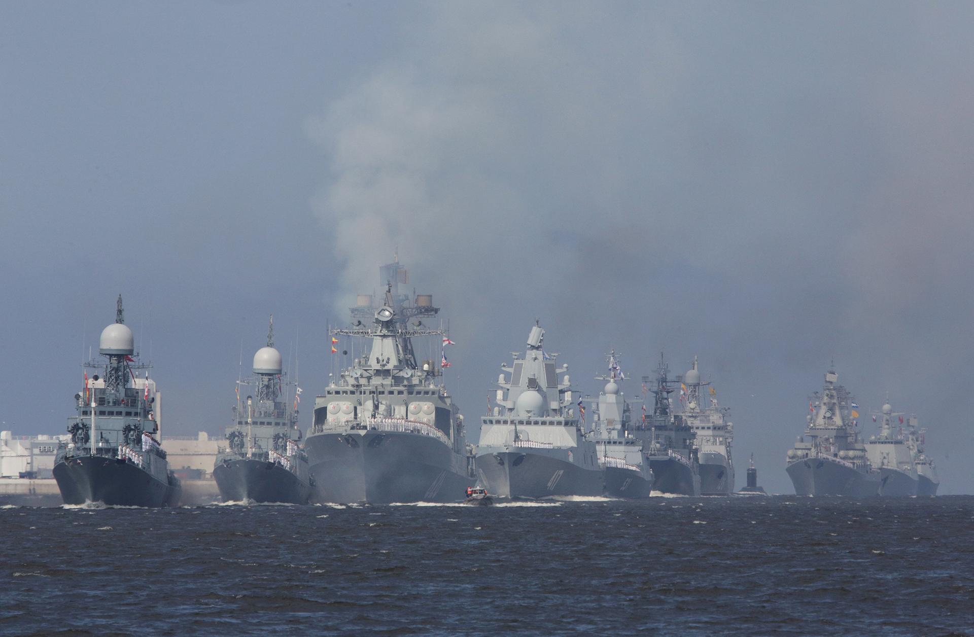 Navíos rusos desfilan enKronshtadt,un pueblo en los suburbios de San Petersburgo (Reuters)