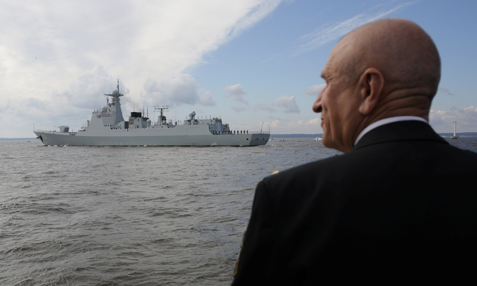 """El destructor chino""""Hefei"""" durante el desfile naval (Reuters)"""