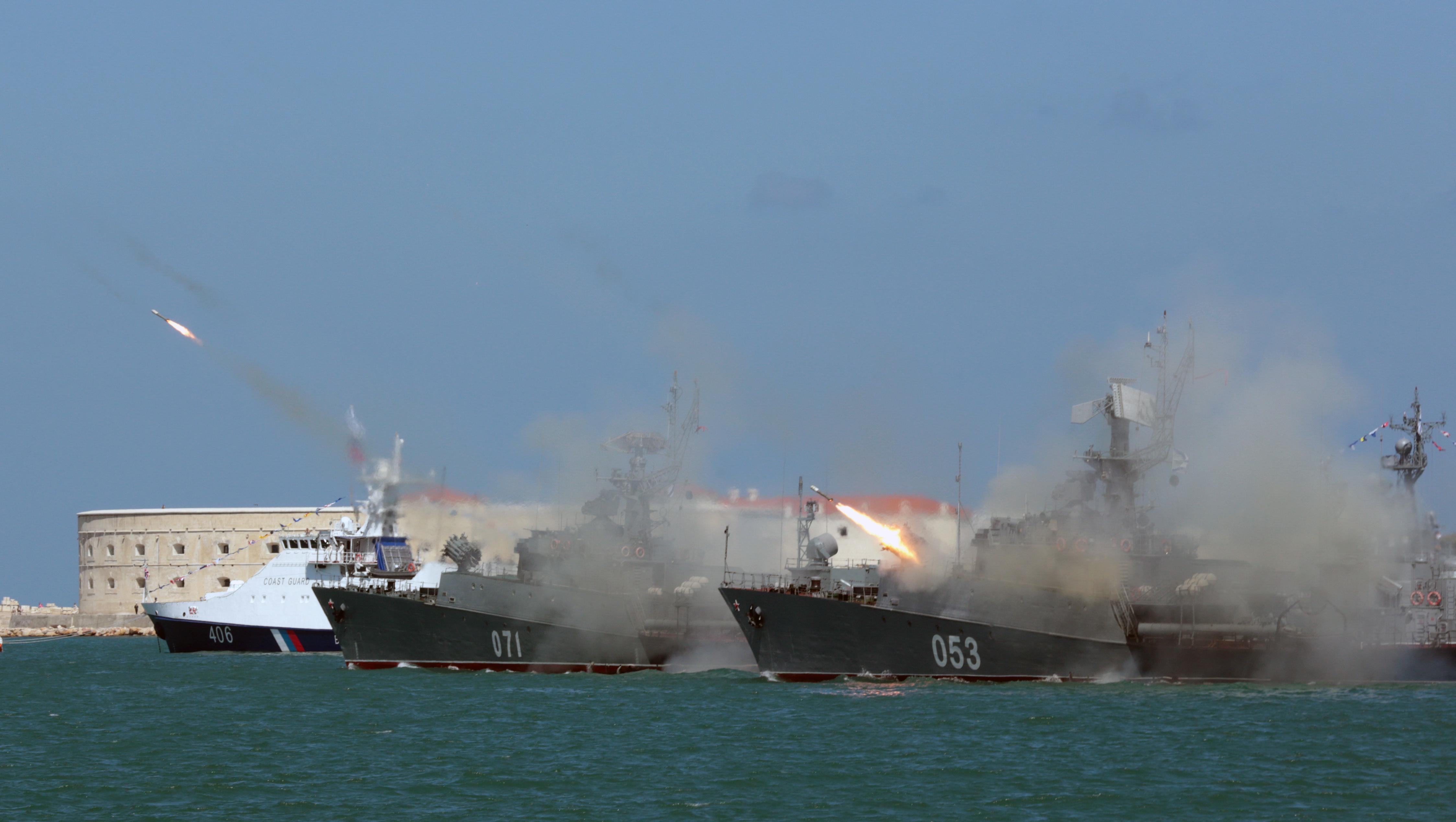 Fragatas rusas disparan sus armas en una muestra de fuerza durante el desfile naval (Reuters)