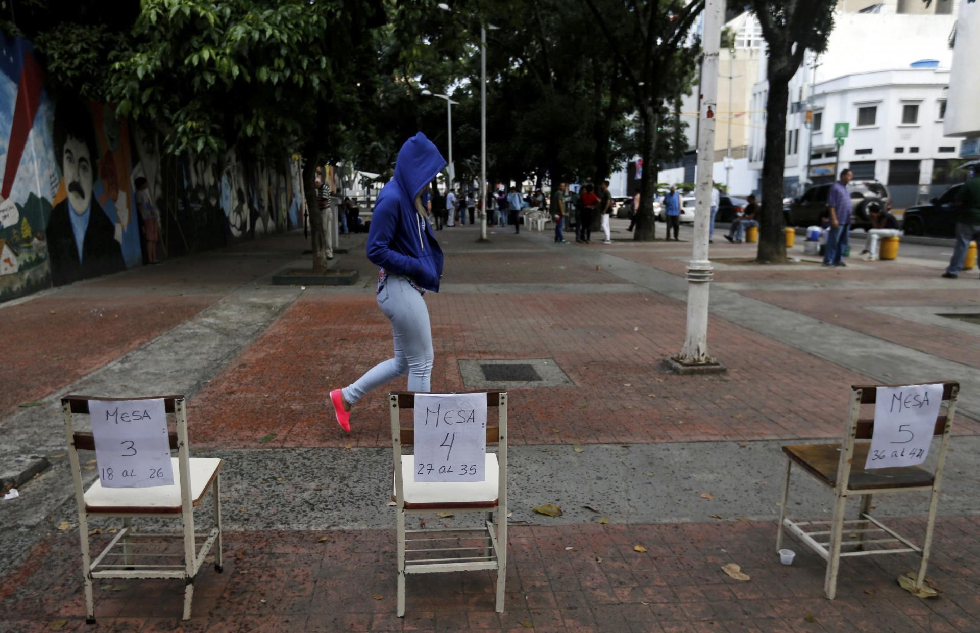 Un mujer deja el centro de votación en Caracas (AP)