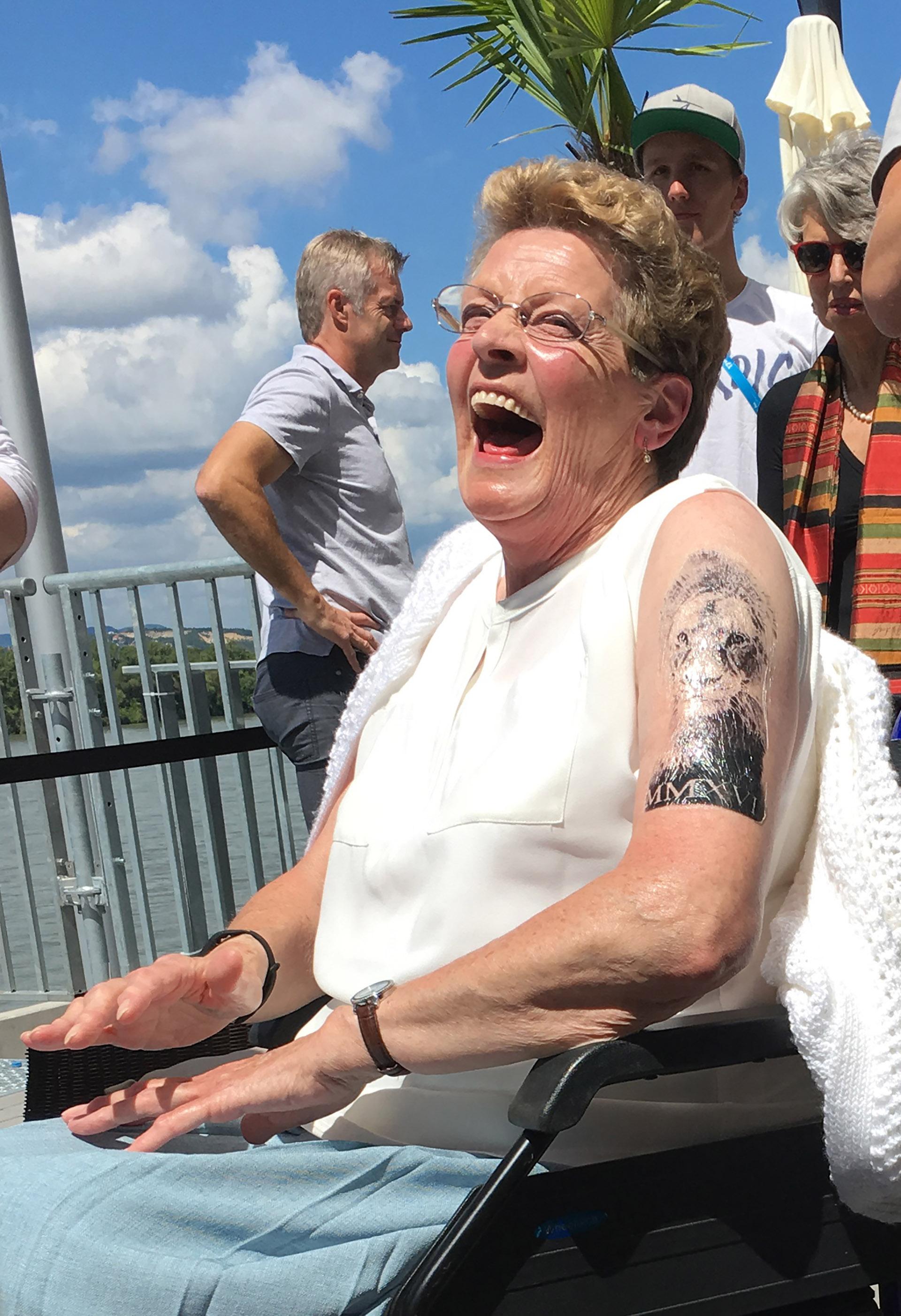 Im genes frases y s mbolos los tatuajes que adornan el for Firme copias tattoo