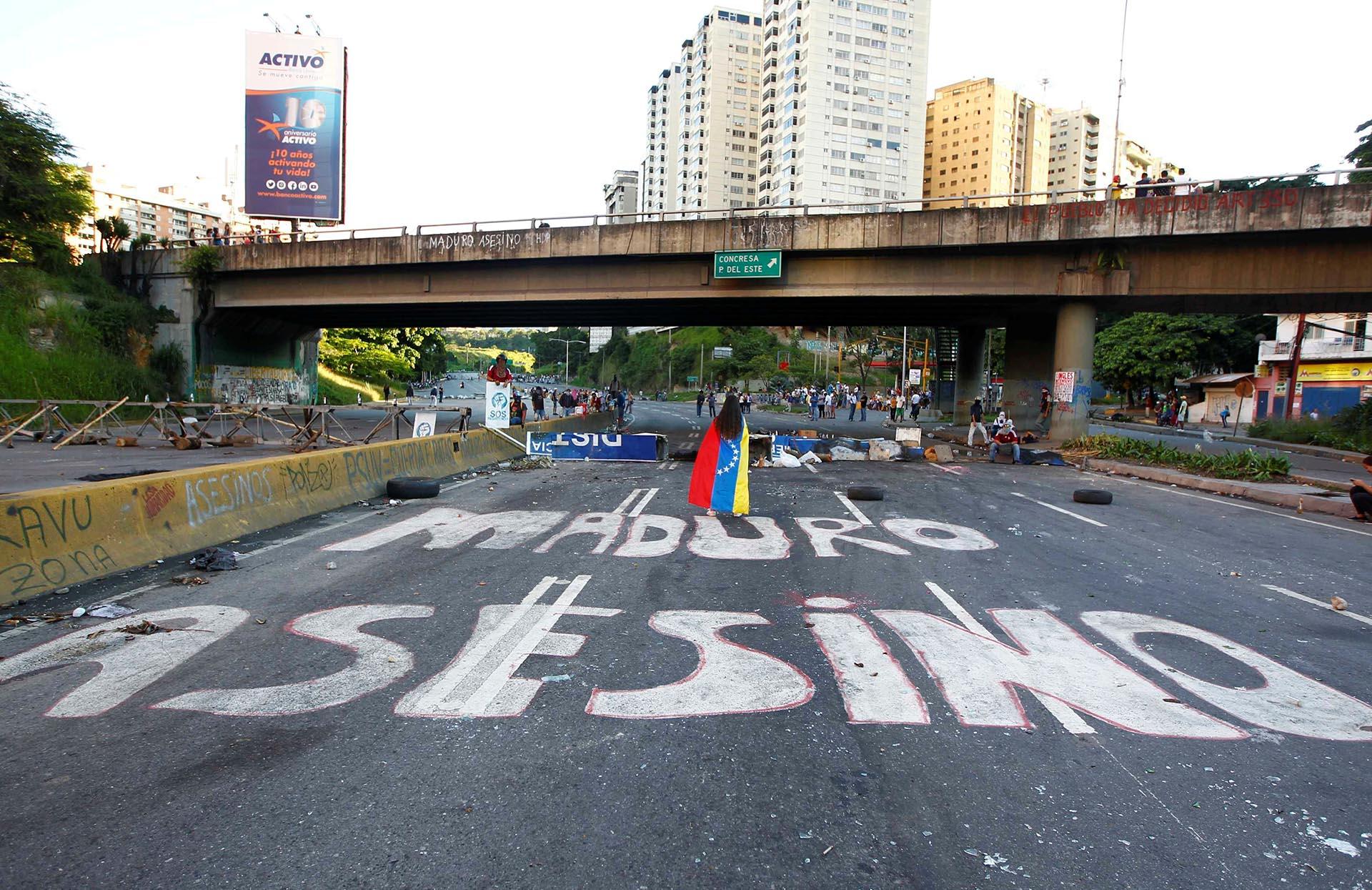 """""""Maduro asesino"""". Una leyenda que se repite en múltiples ciudades alrededor de la nación (Reuters)"""