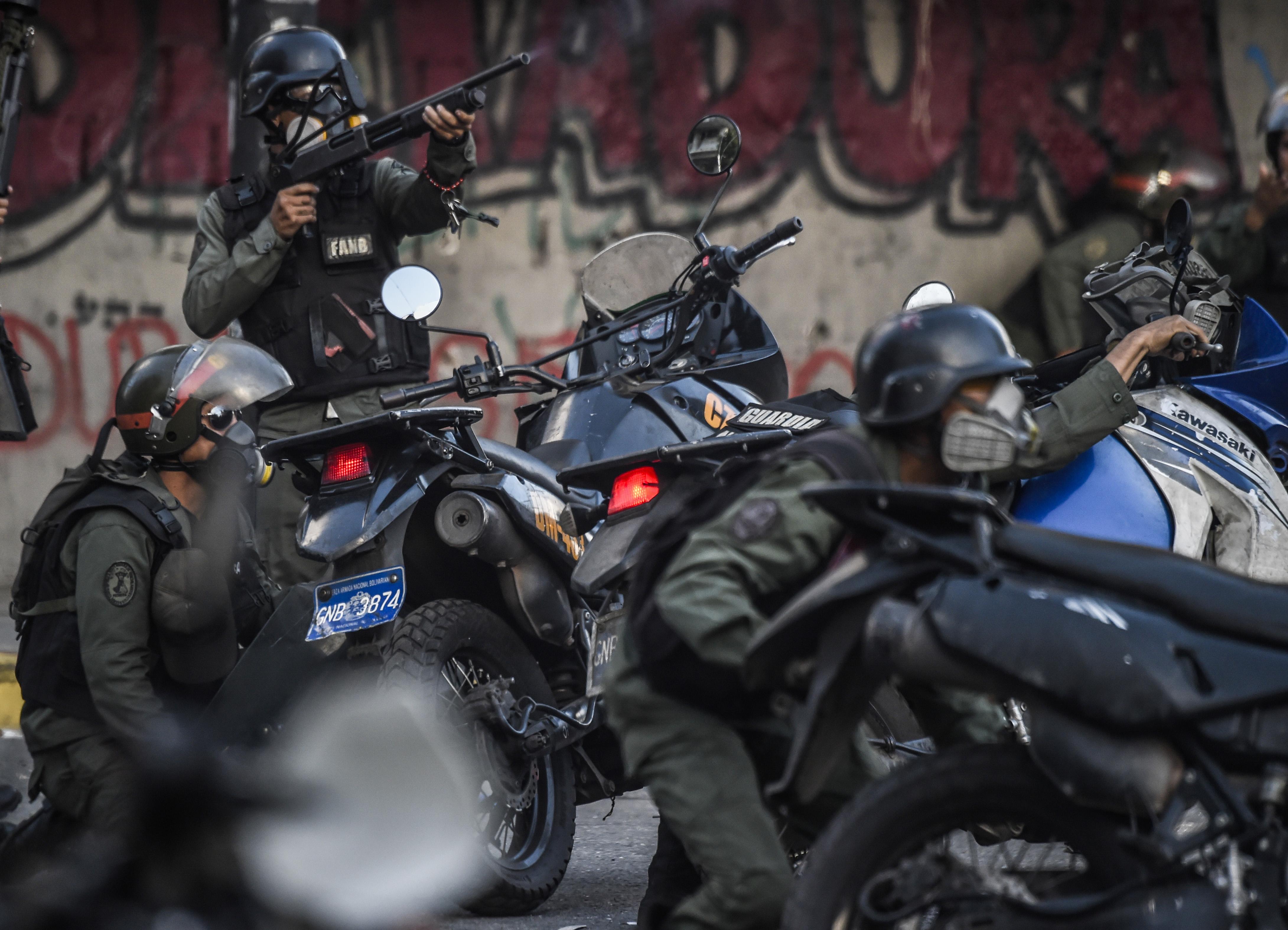 Agentes de la Guardia Nacional Bolivariana durante la represión de las protestas contra la constituyente este lunes en Caracas (AFP)