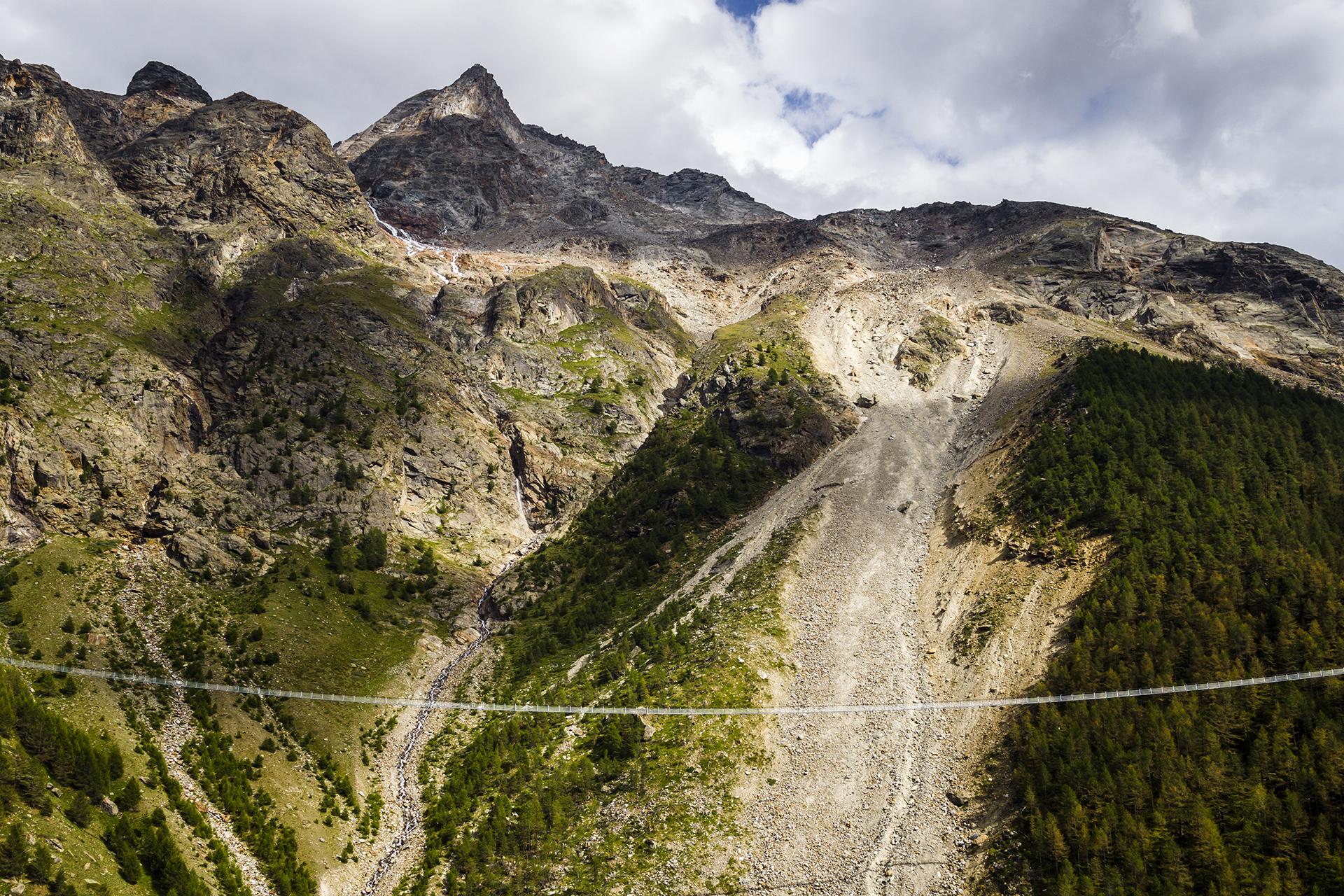 El Europabrücke conecta las aldeas alpinas de Zermatt y Grächen, en Suiza (Valentin Flauraud/Keystone via AP)