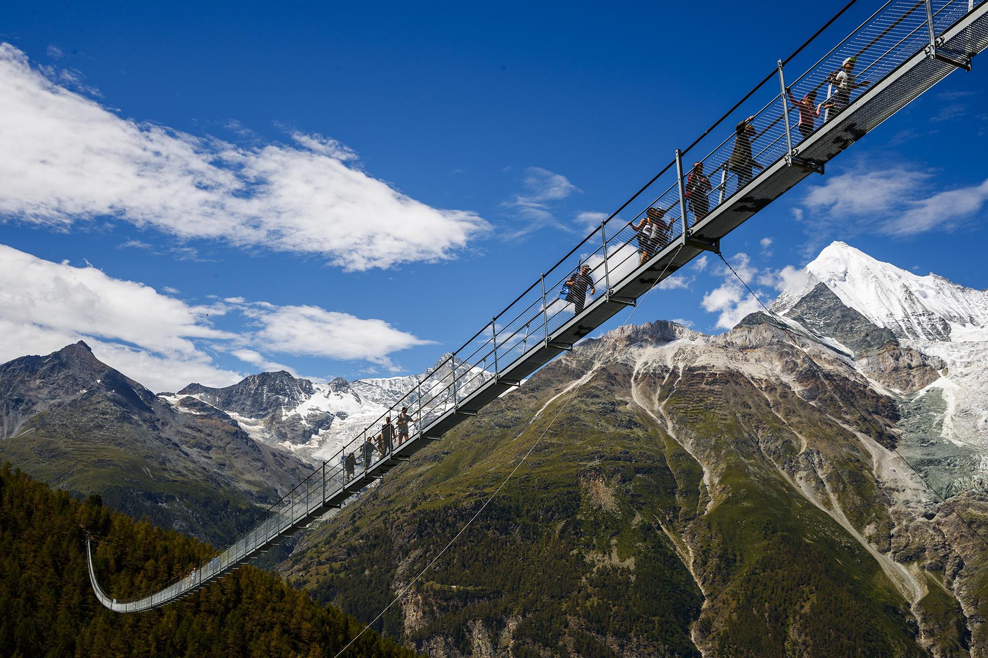 Los primeros turistas cruzan el Europabrücke, el puente colgante más largo del mundo(Valentin Flauraud/Keystone via AP)